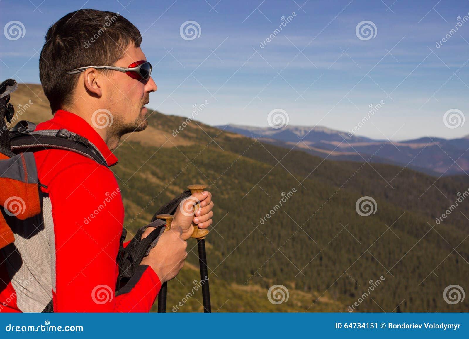 Facendo un escursione nelle montagne