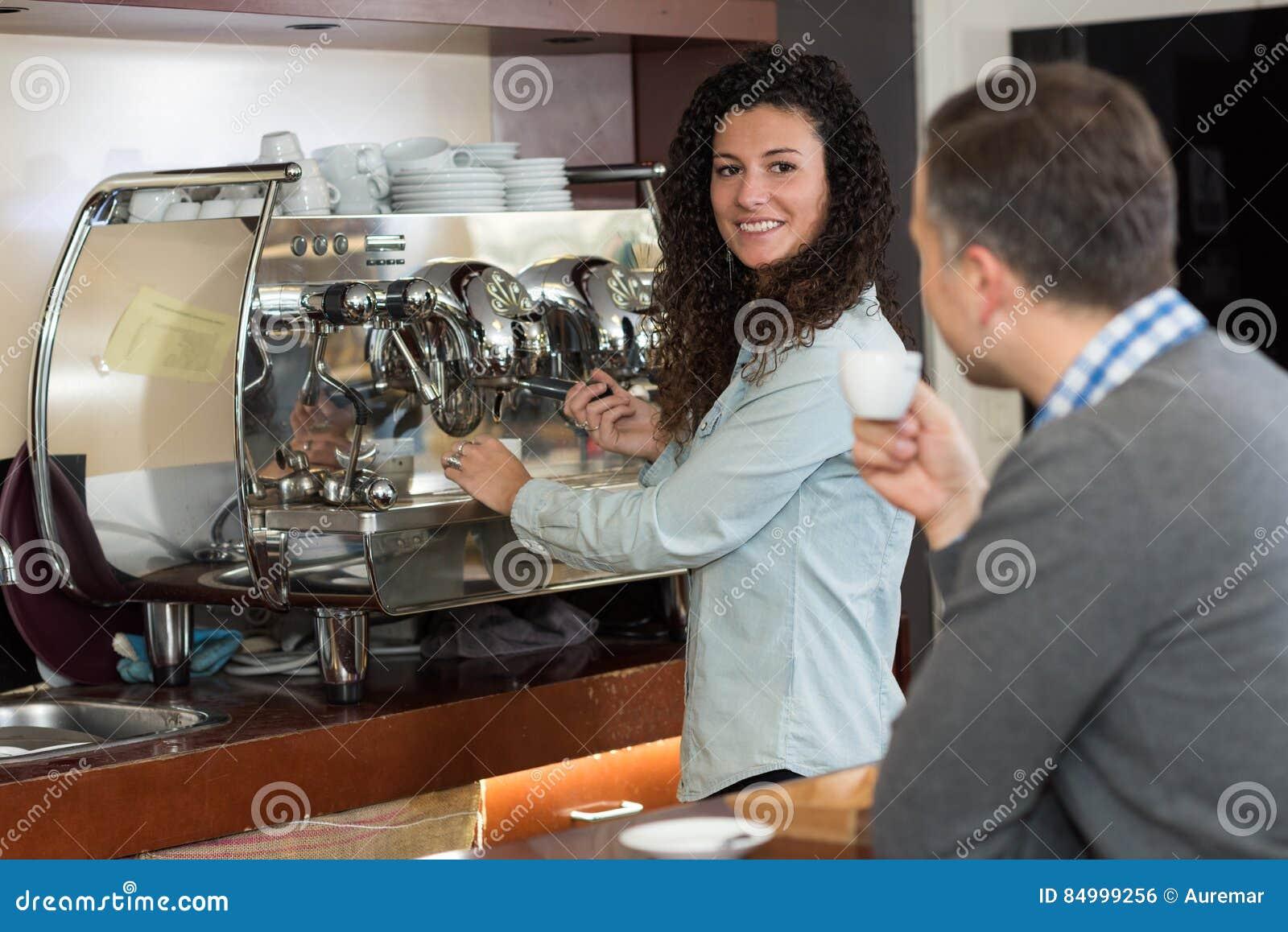 Facendo una pausa per il caffè della tazza