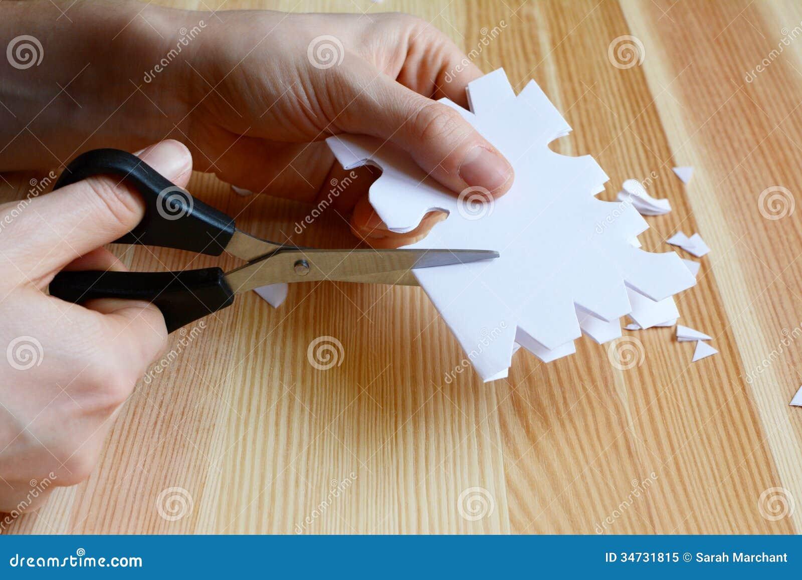 Fiocchi Di Neve Di Carta Modelli : Facendo uso delle forbici per tagliare un fiocco di neve di carta