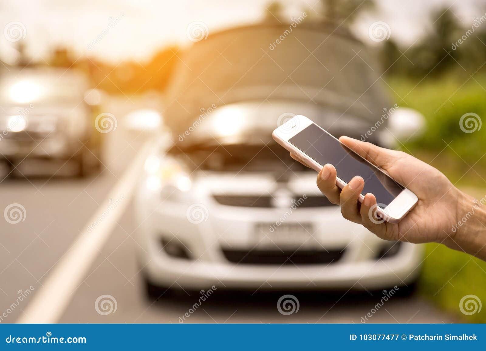 Facendo uso di una chiamata di telefono cellulare un meccanico di automobile perché l automobile era rotta