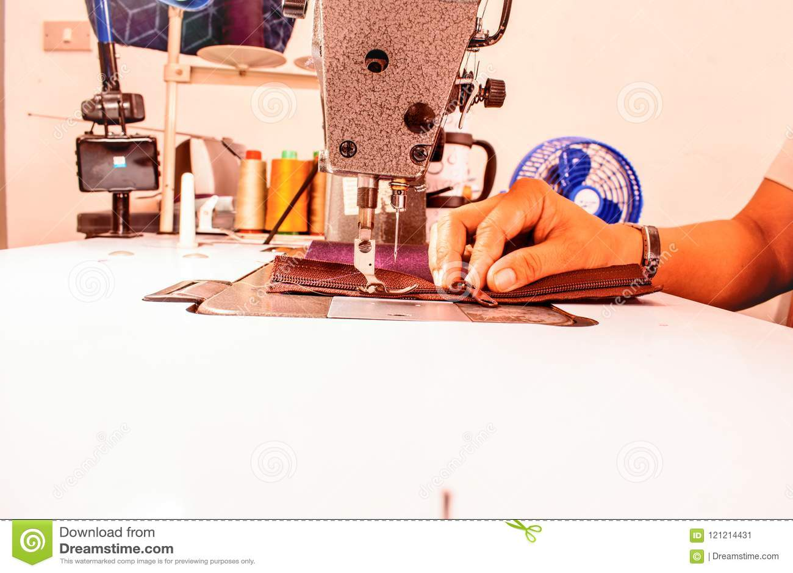 Facendo uso di una macchina per cucire