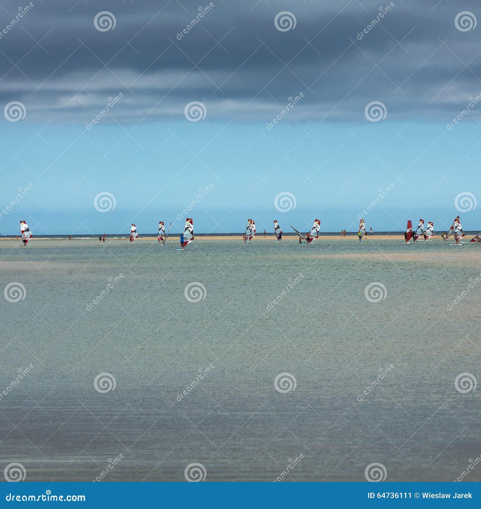 Facendo windsurf sulla spiaggia di Costa Calma Fuerteventura, Isole Canarie