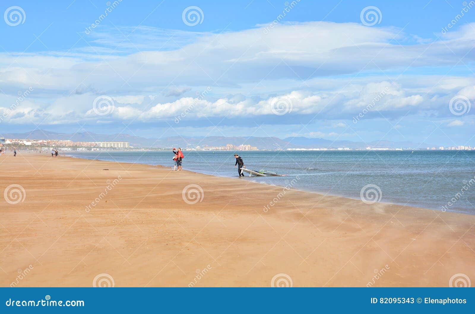 facendo windsurf sulla spiaggia di malvarrosa valencia