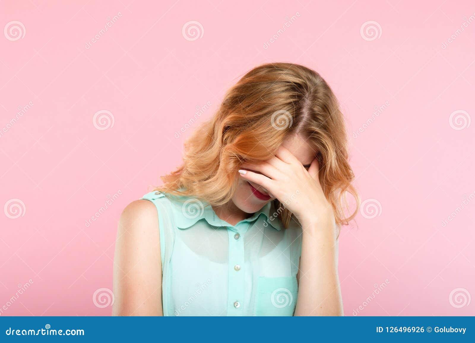 Facepalm羞辱困窘女孩盖子面孔