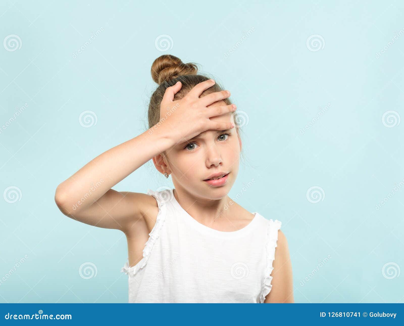 Facepalm zawstydzenia dziewczyny pokrywy zawstydzony czoło