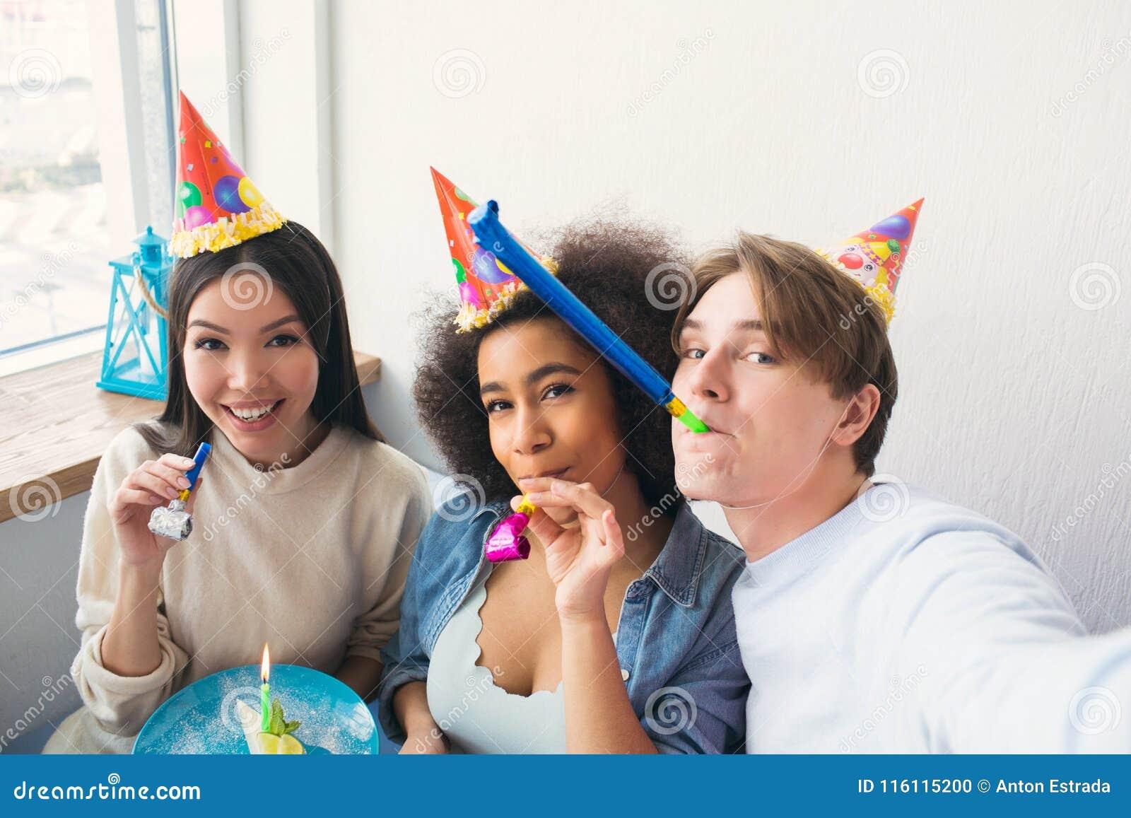 Facet bierze selfie z jego dwa przyjaciółmi Świętują afro amerykańskie dziewczyny urodzinowe Ludzie są ubranym urodziny