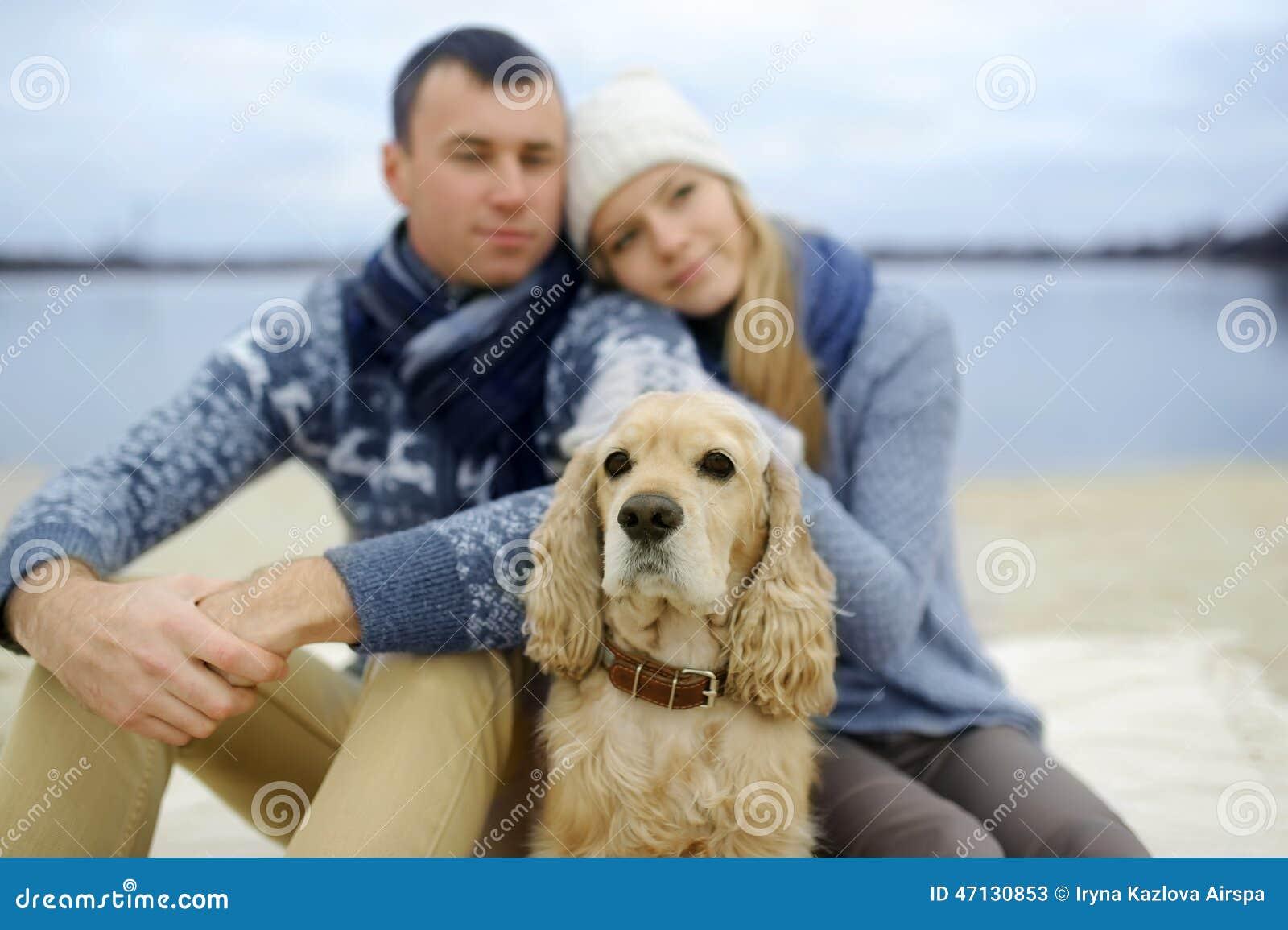 Facet, dziewczyna i pies,