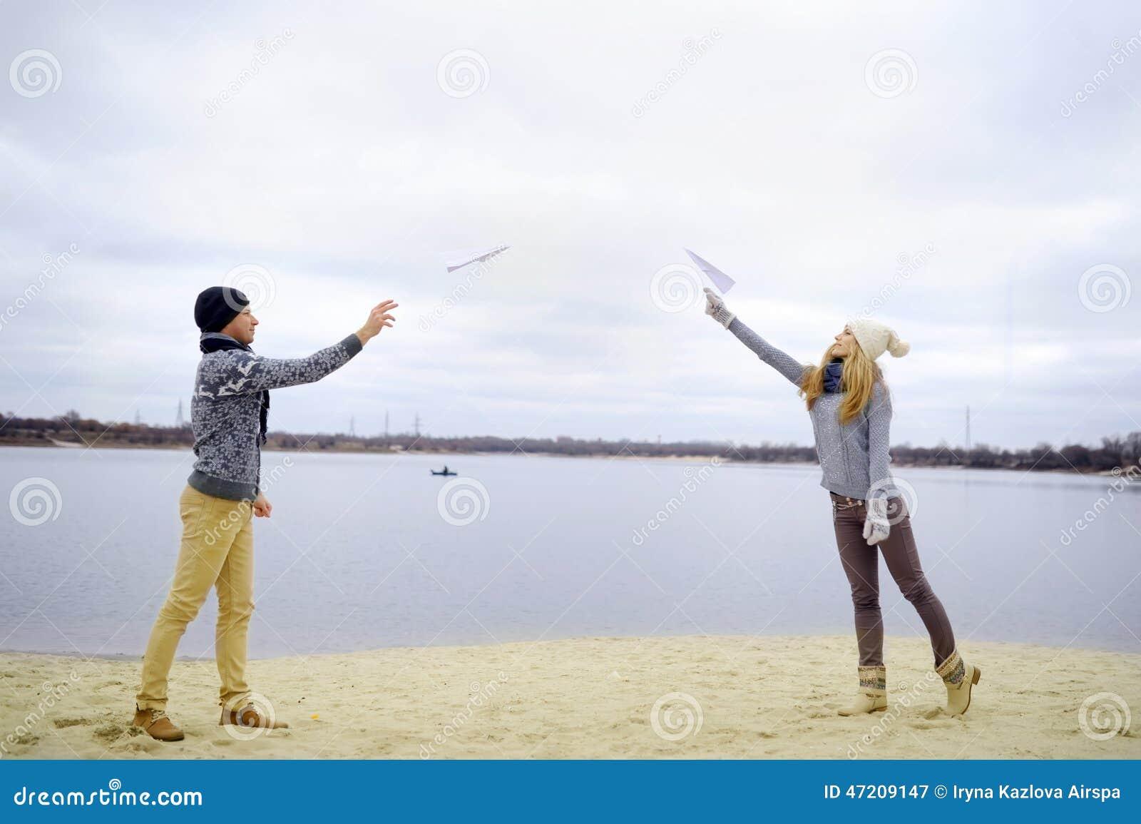 Facet i dziewczyna chodzimy na rzece
