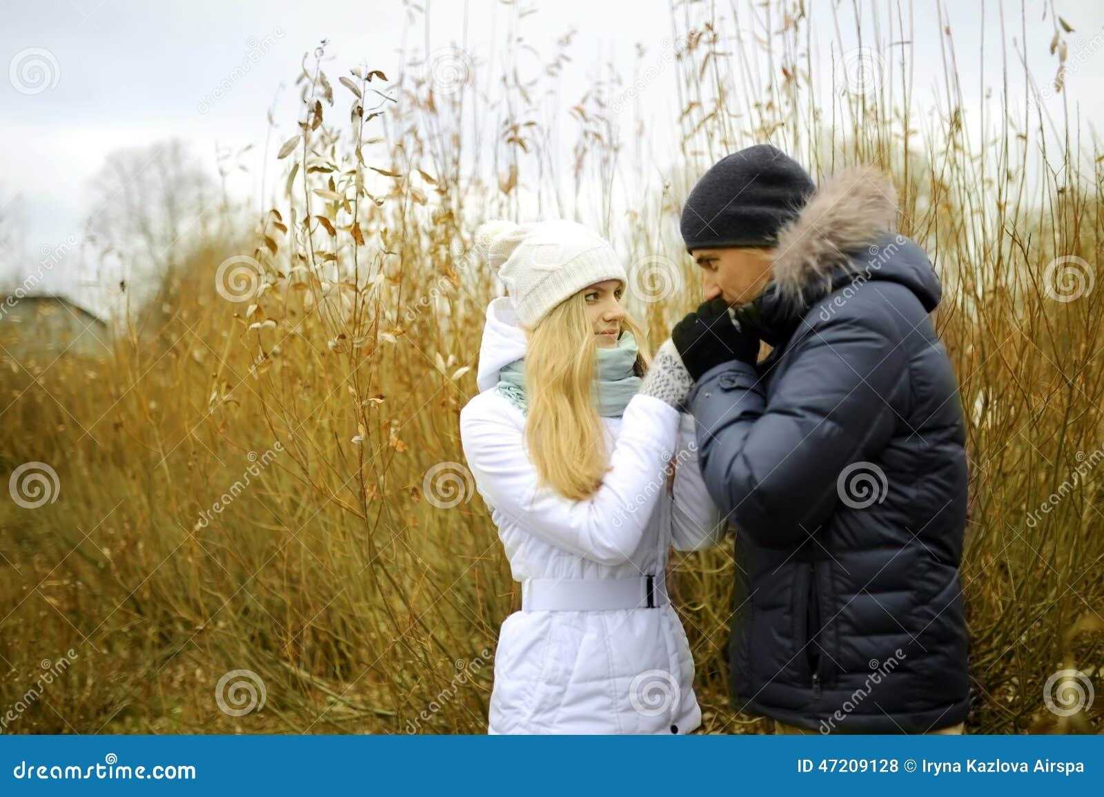 Facet i dziewczyna spacer w jesień parku