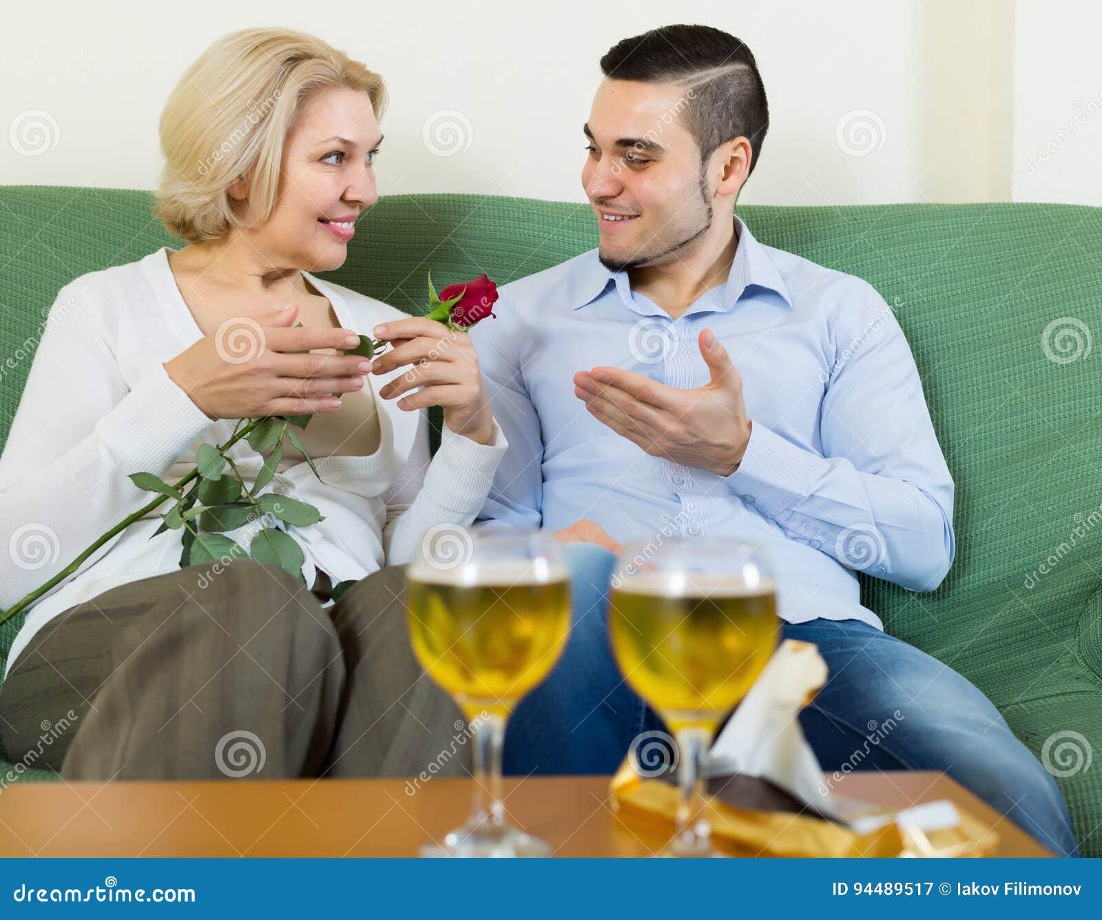 Facet i starszej osoby kobieta pije wino i ono uśmiecha się