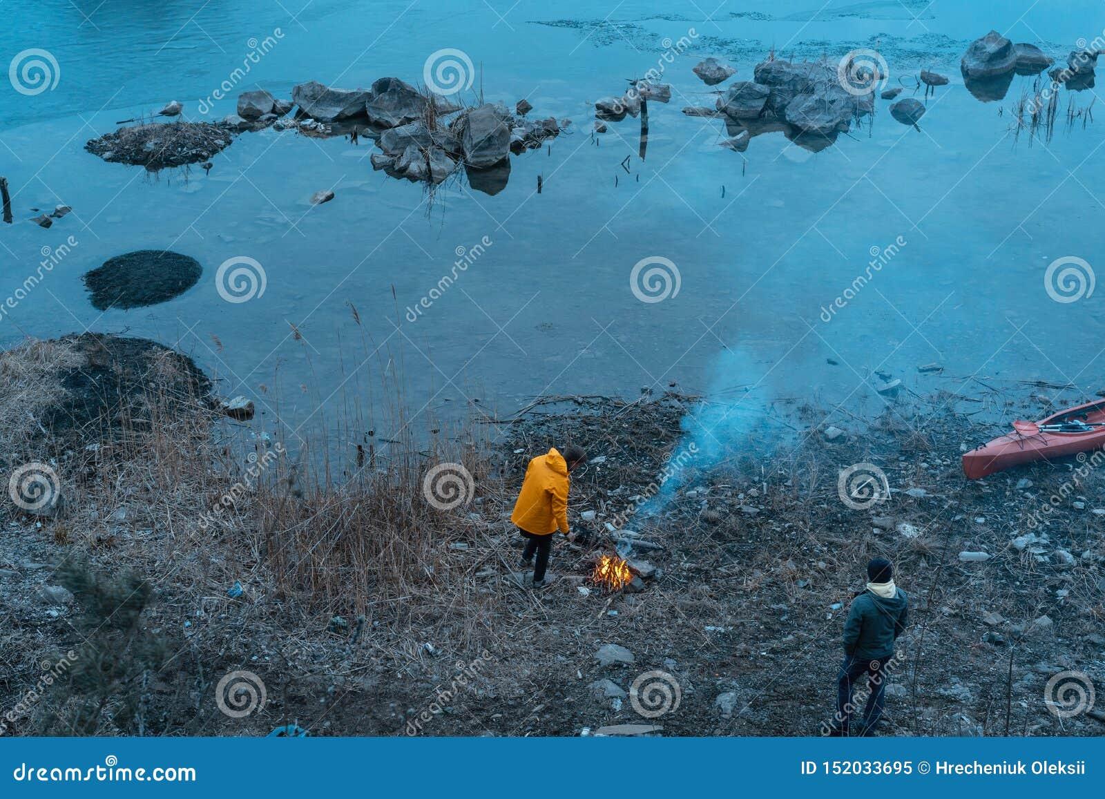 Facet na jeziorze robi ogieniowi