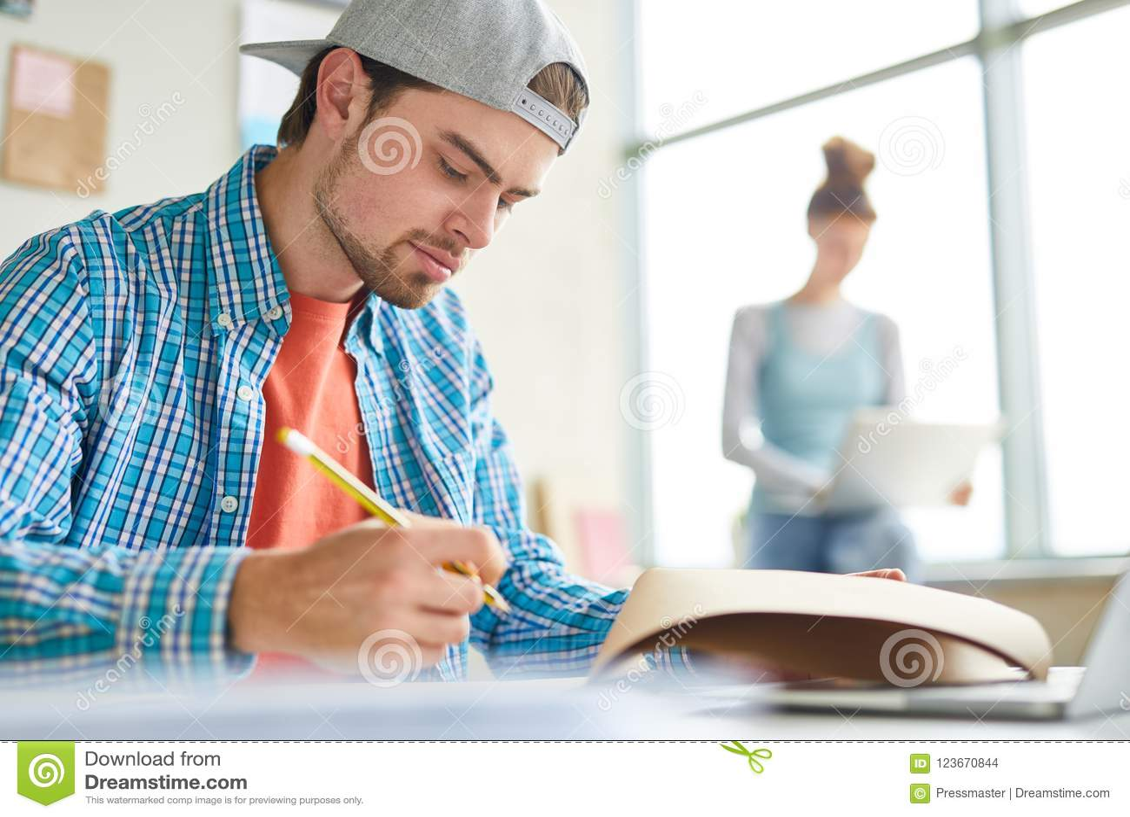 Facet robi notatkom