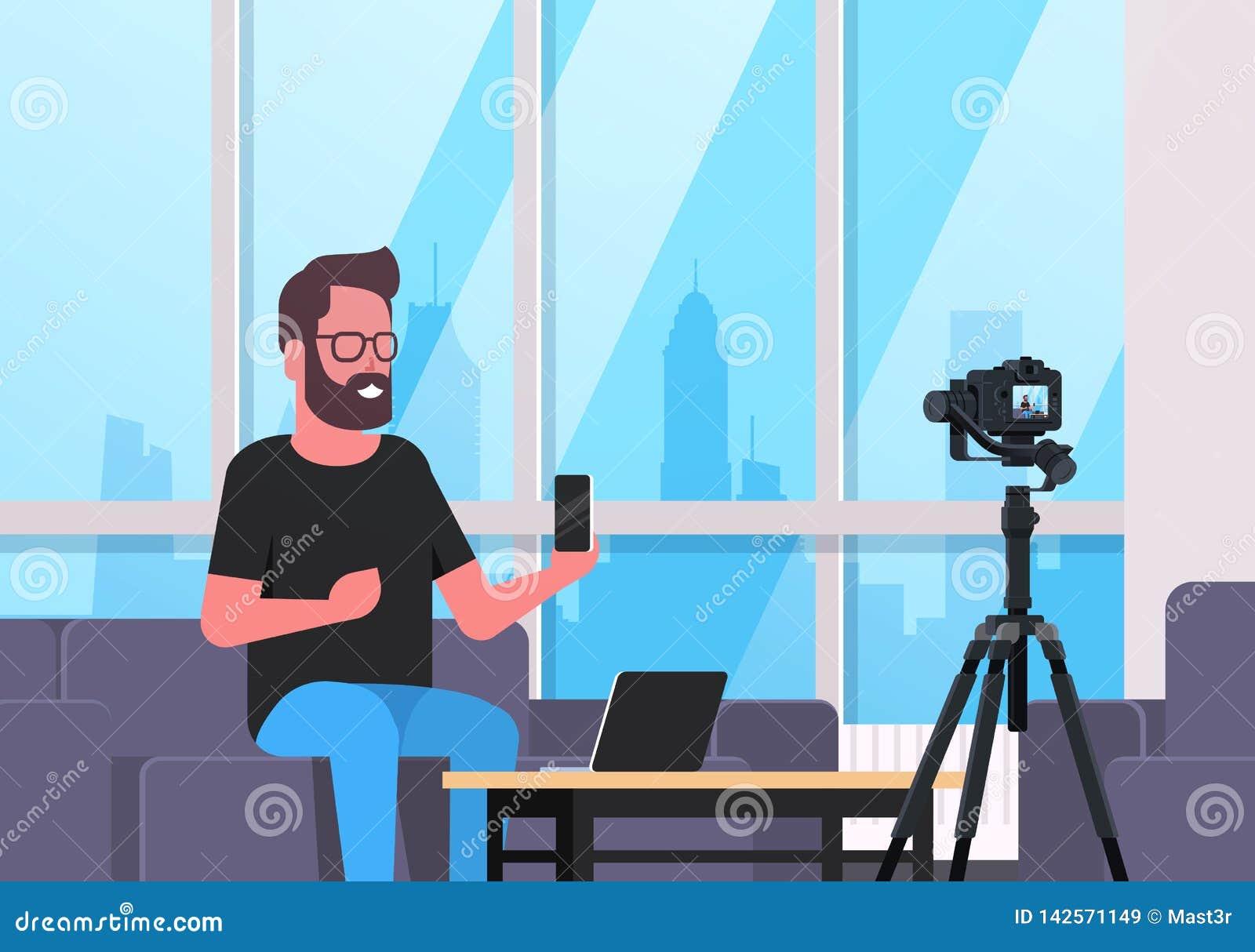 Facet technologii blogger magnetofonowy wideo na kamera mężczyźnie pokazuje nowemu smartphone czynnościowy testowanie bloga pojęc