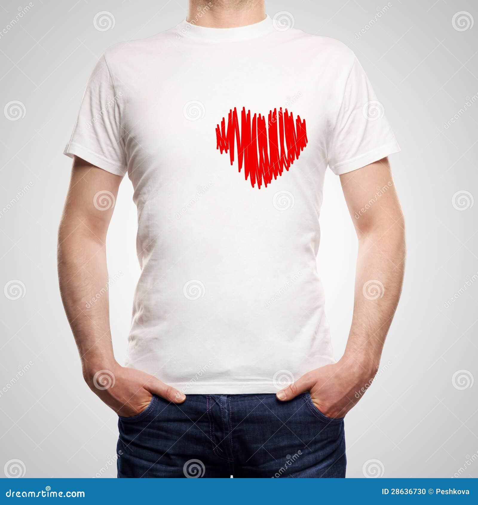 Facet w koszulce z słuchający