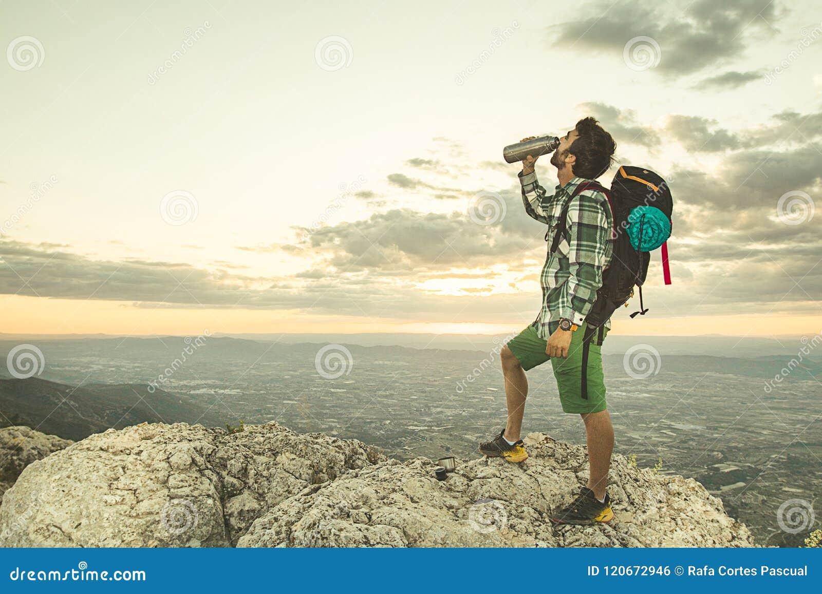 Facet woda pitna w górach