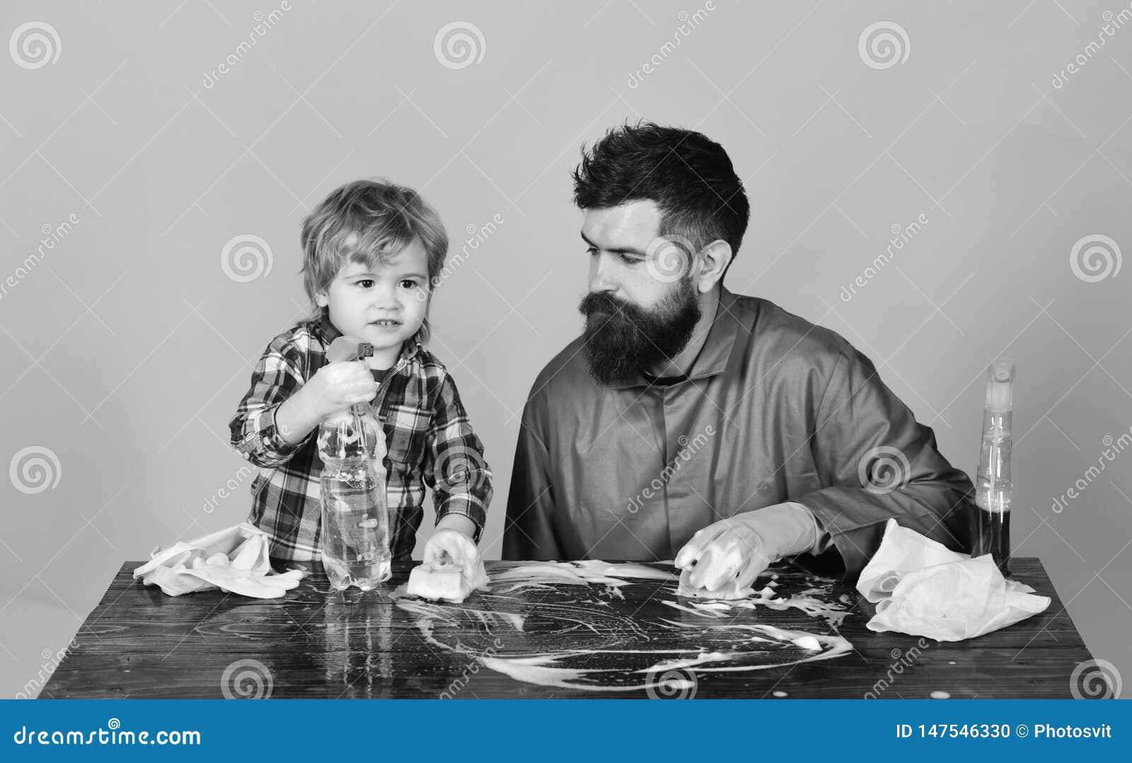 Facet z brod? i w?sy w gumowej r?kawiczce i dzieciaku