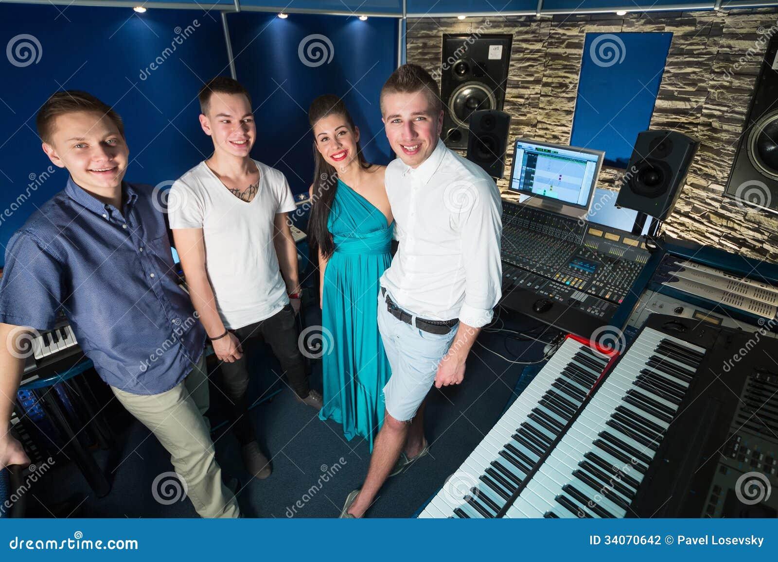 Faceta muzyk i dziewczyna piosenkarz w studiu nagrań