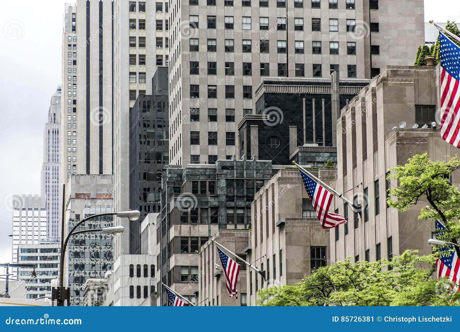 fachada apple grande de los edificios de new york city los eeuu de la bandera americana