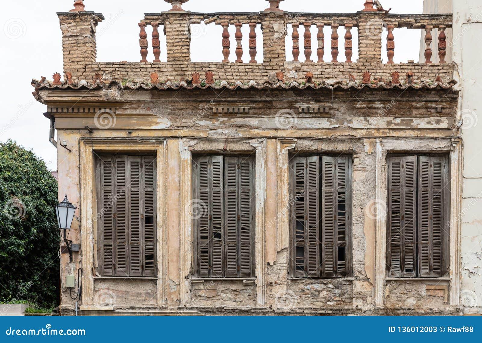 Fachada arruinada de un edificio neoclásico abandonado en la ciudad vieja de Plaka, Atenas, Grecia