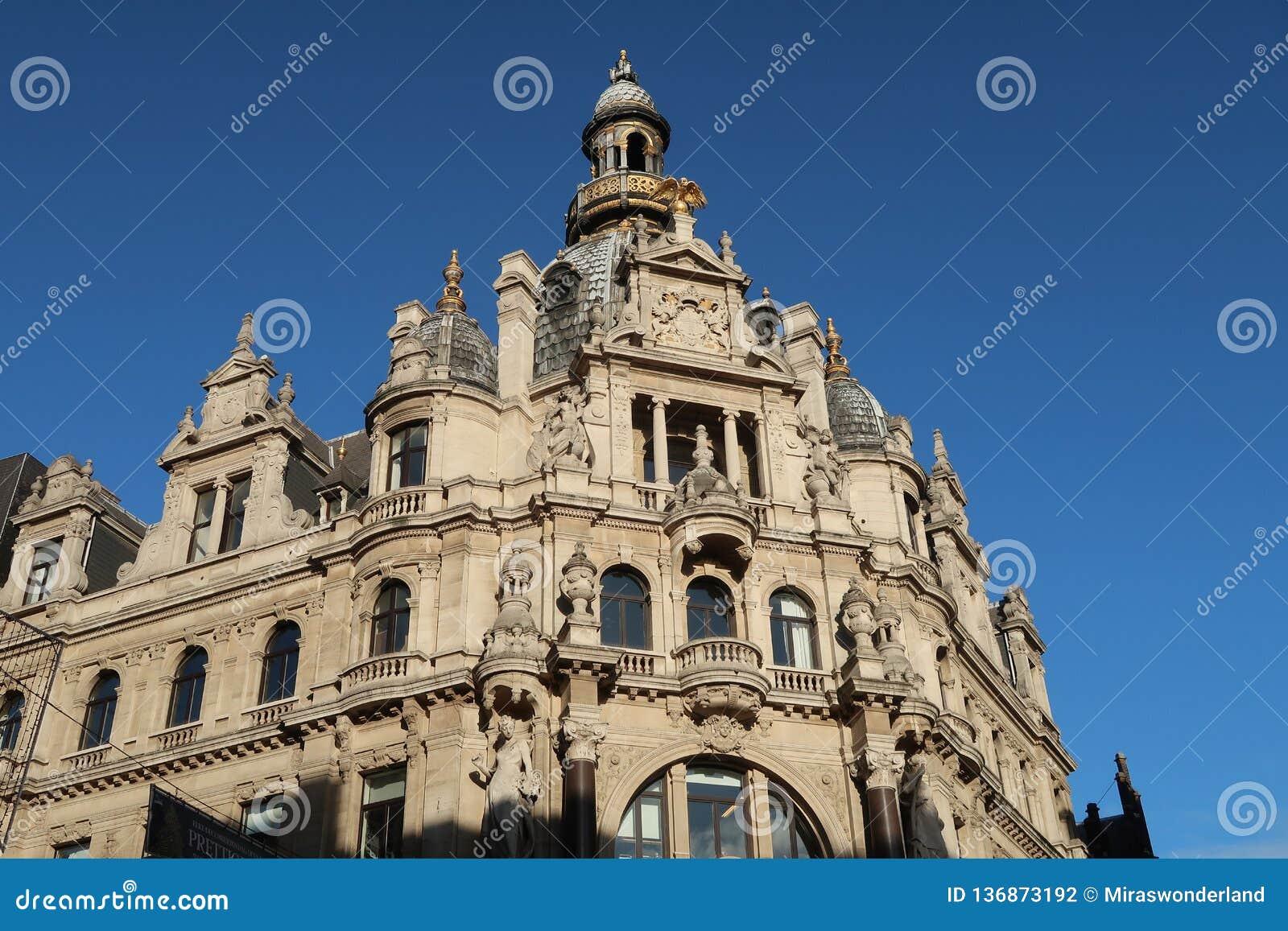 Fachada barroca de un edificio histórico en la calle que hace compras famosa Meir en Amberes,