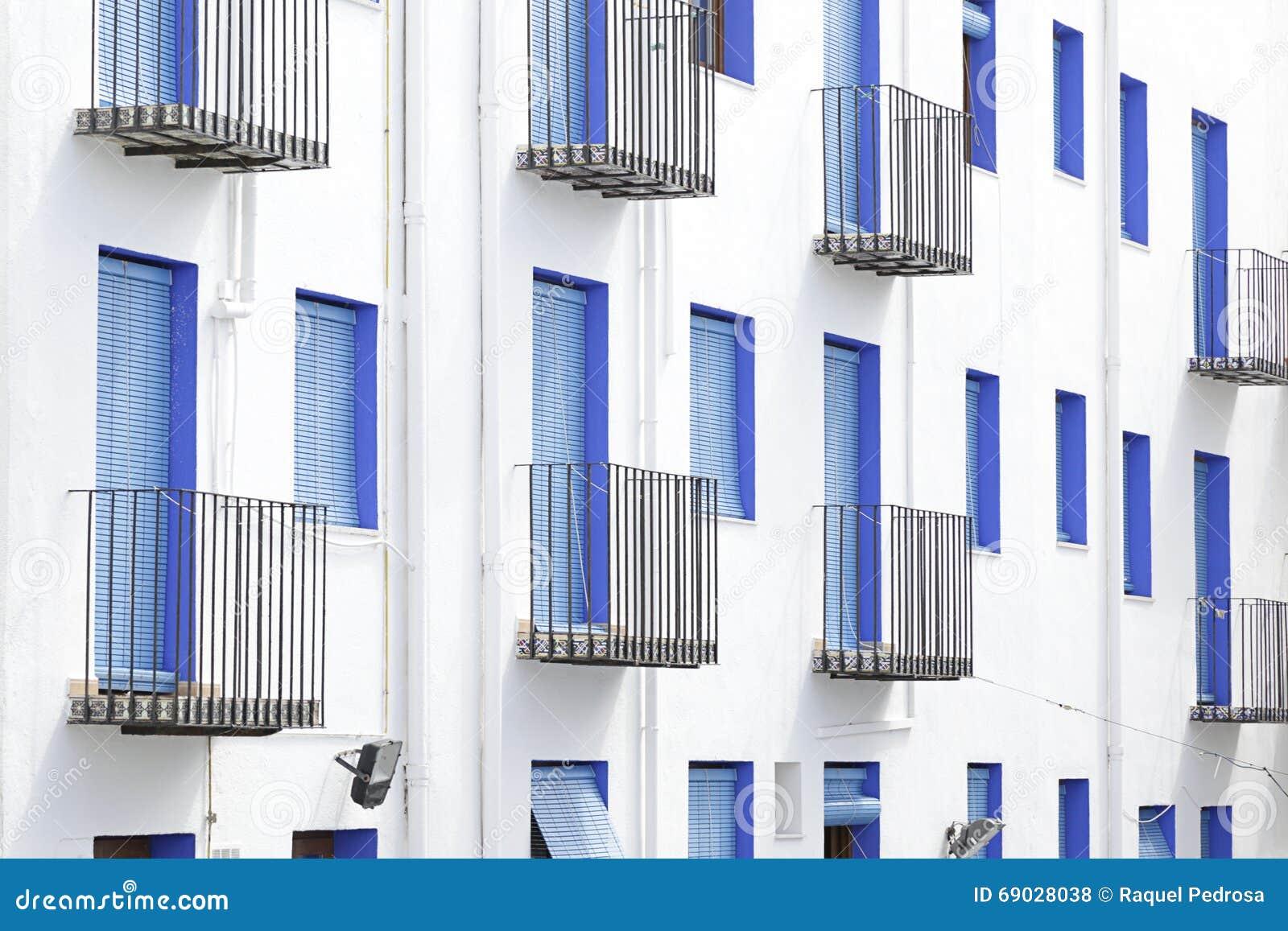 Fachada blanca con las ventanas azules foto de archivo for Fachadas de casas con ventanas blancas