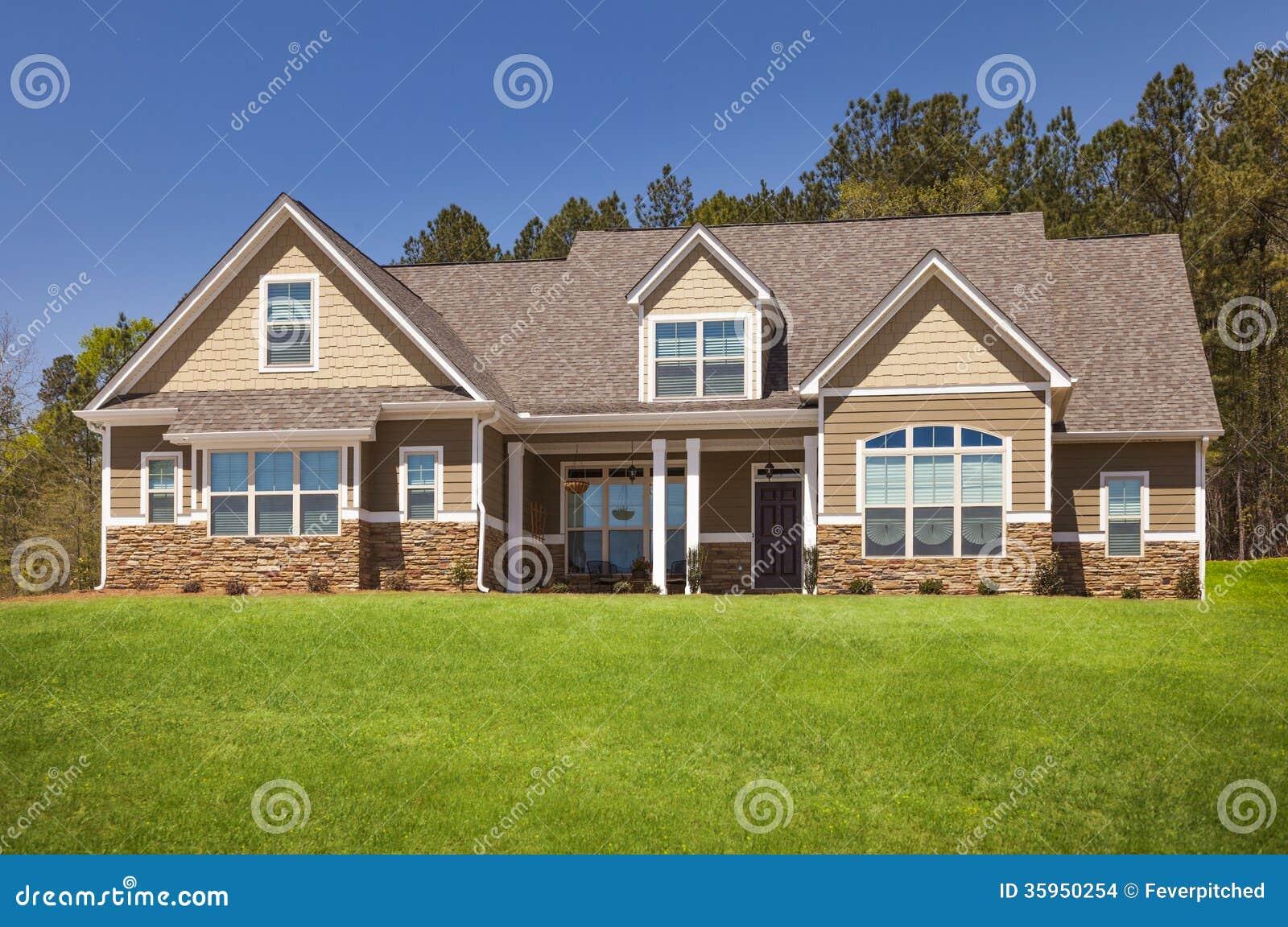 Fachada casera moderna nuevamente construida