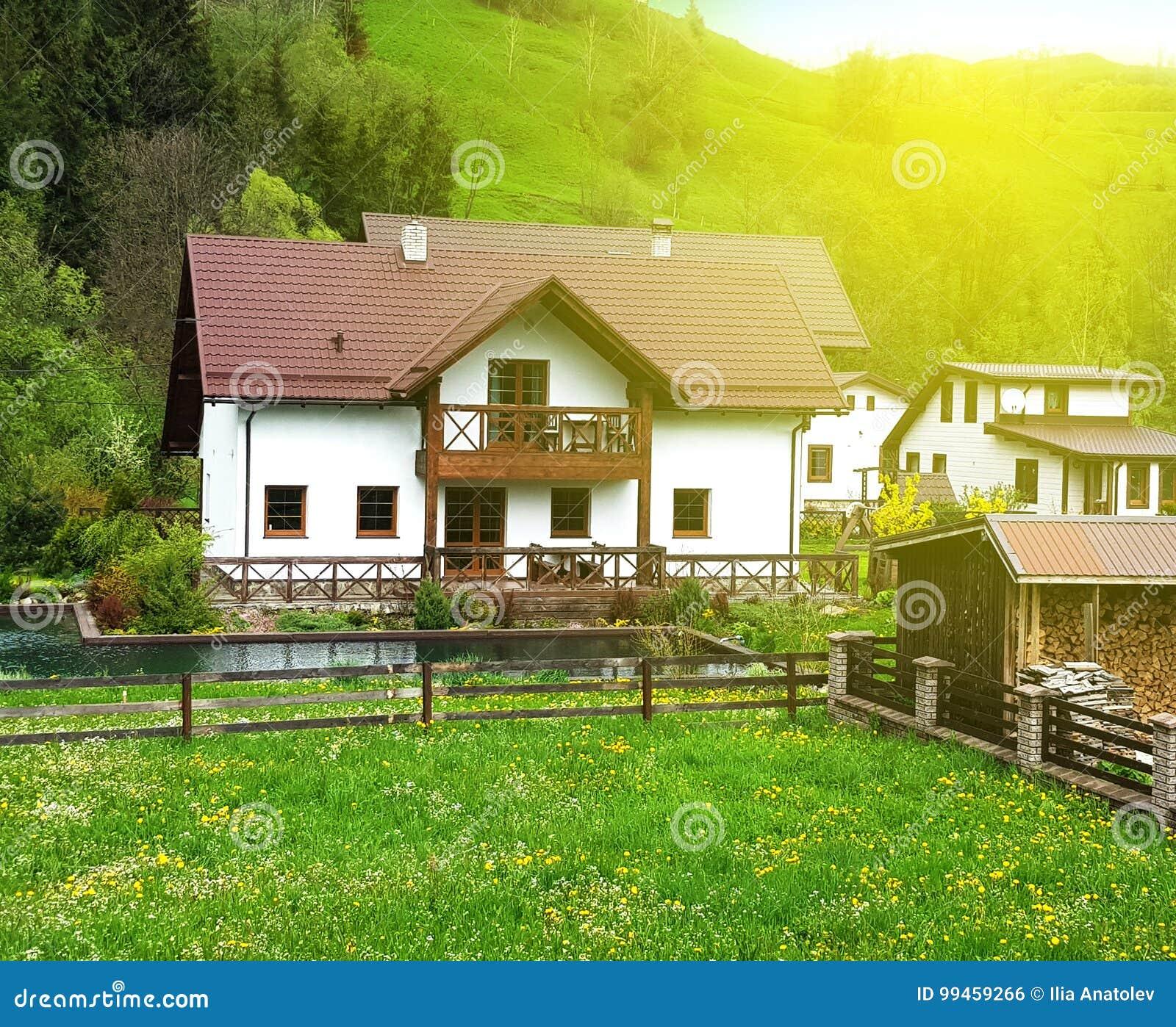 Fachada cl sica de una casa de campo blanca con un prado y for Fachada casa clasica