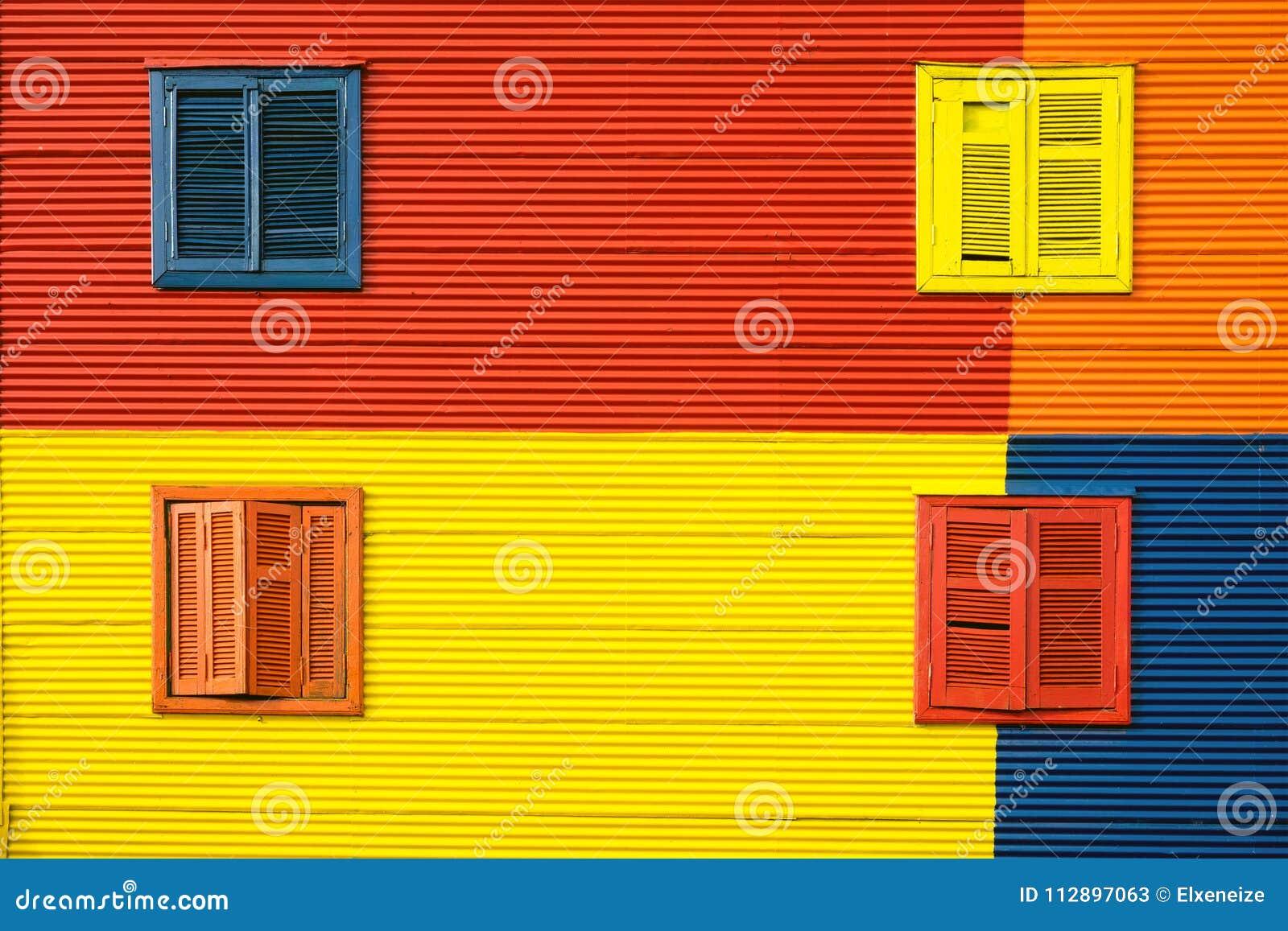 Fachada colorida da casa no La Boca, Buenos Aires