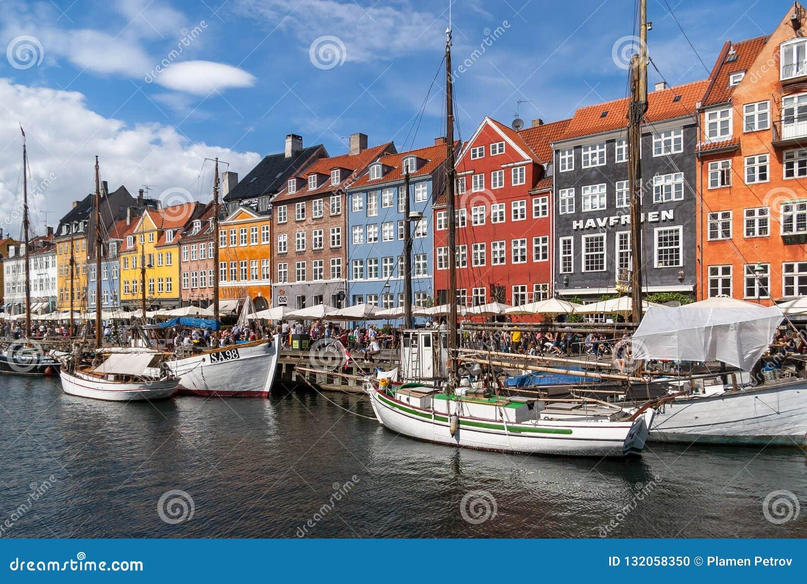 Fachada colorida e navios velhos ao longo do canal de Nyhavn