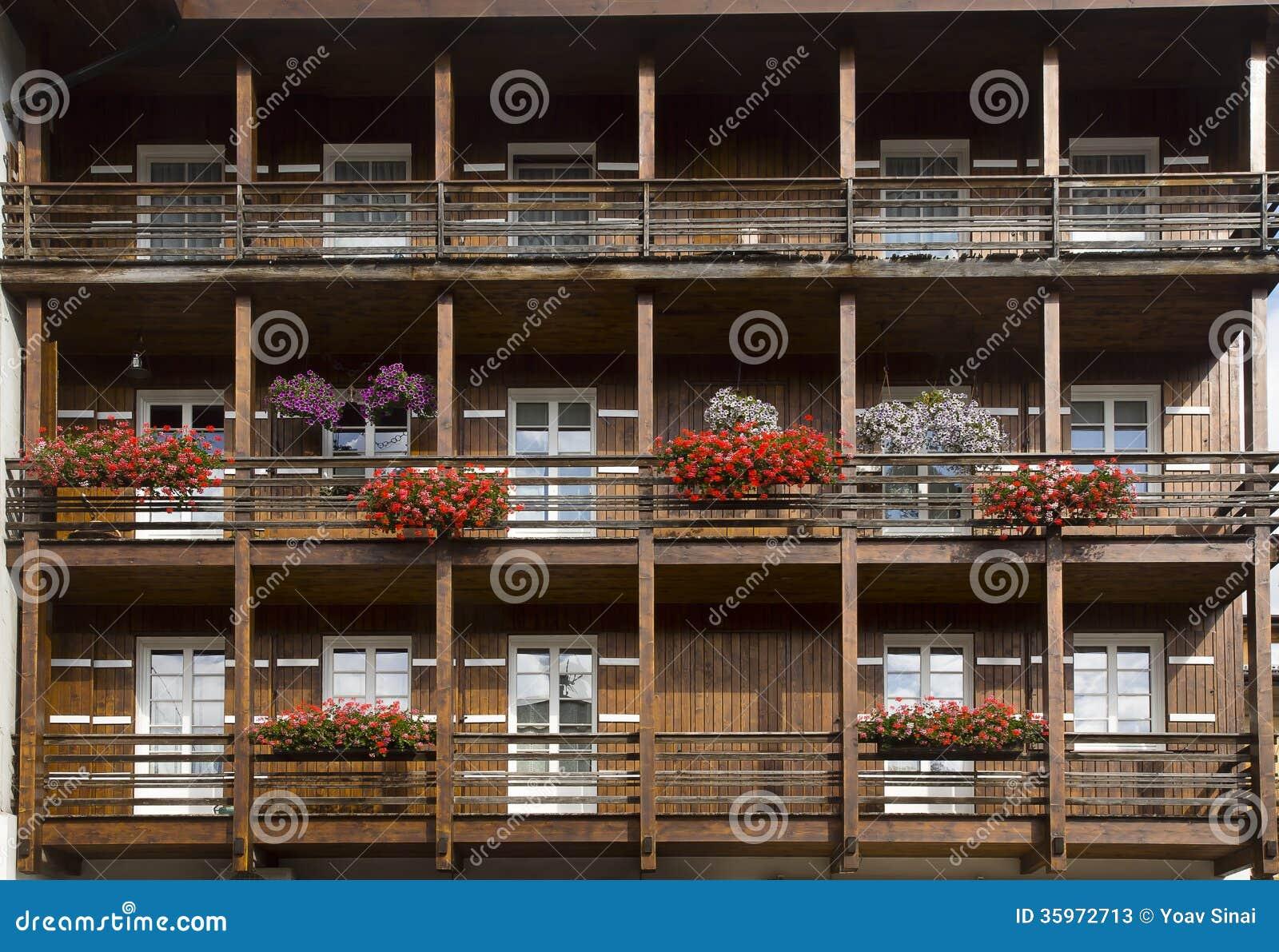 Fachada con las flores, dAmpezzo de la cortina, Italia