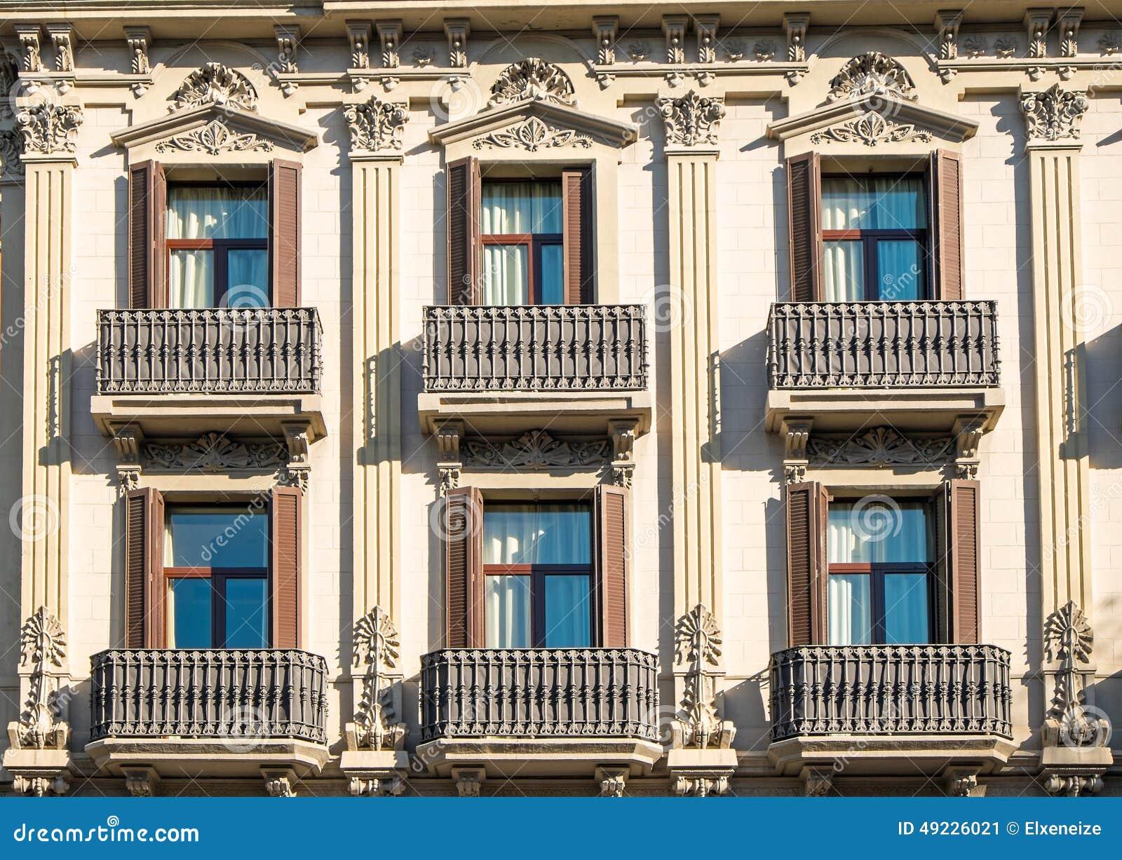 Fachada con los balcones en barcelona foto de archivo for Precios de toldos para balcones