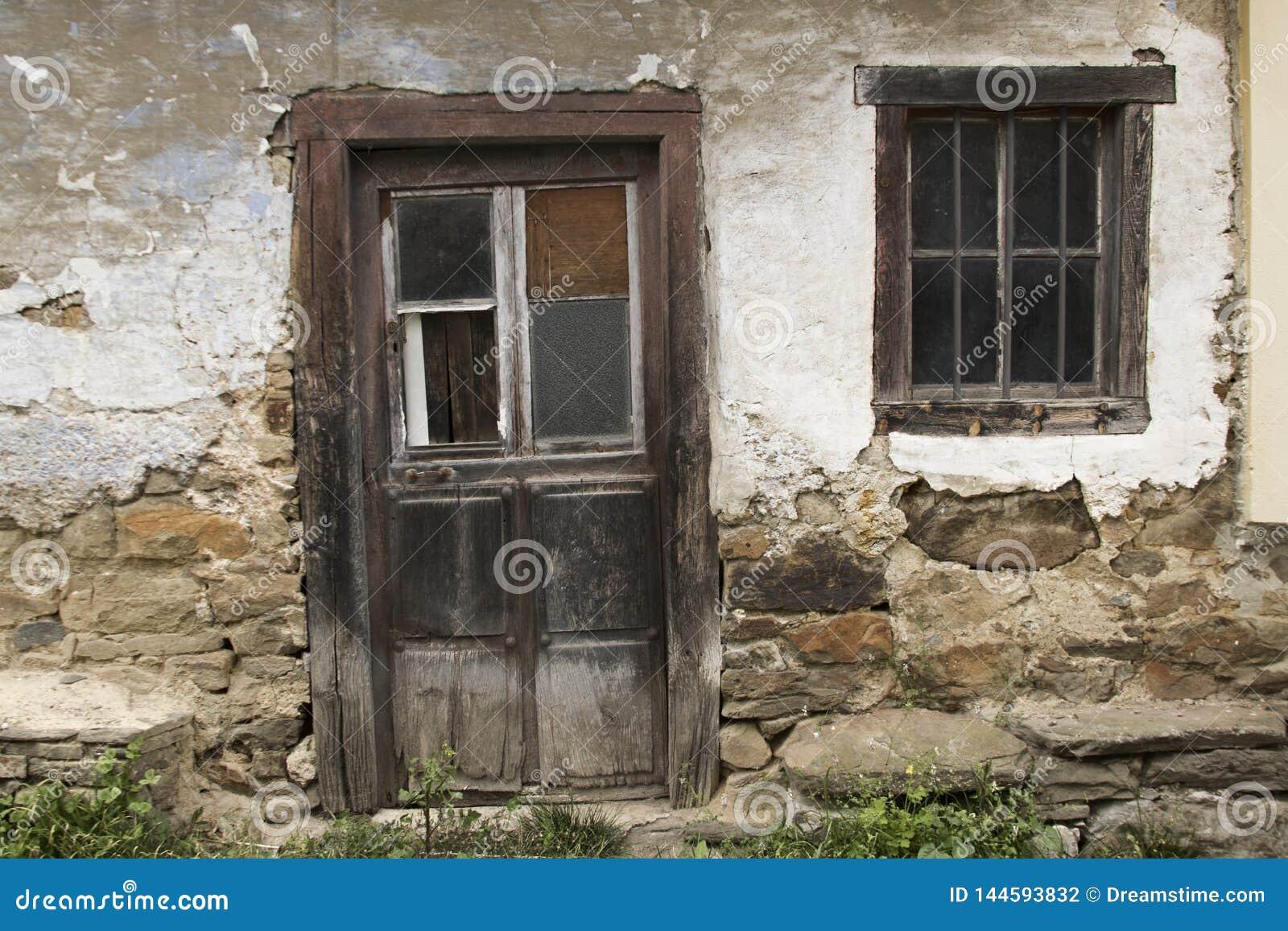 Fachada da casa abandonada