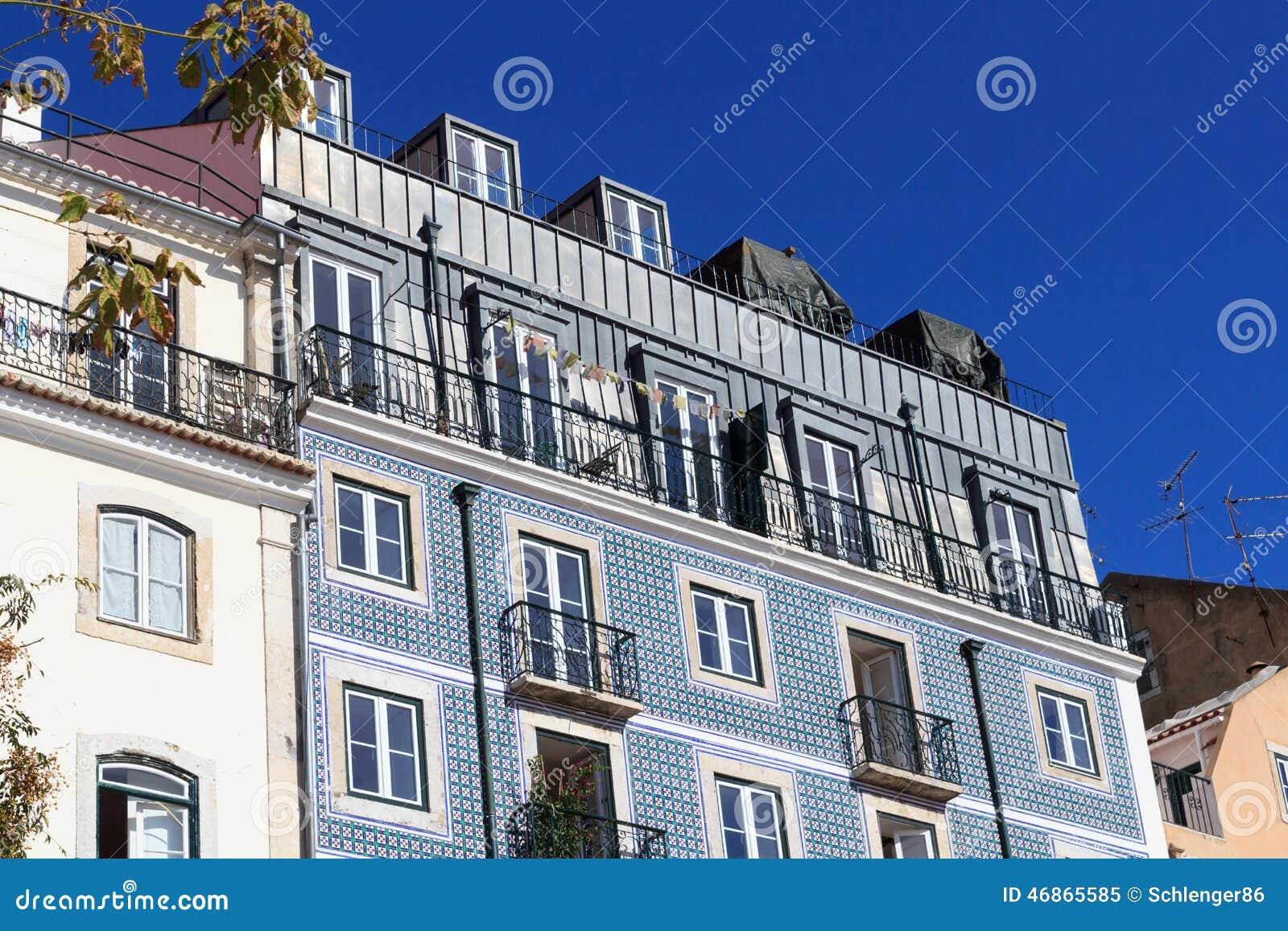 Fachada da casa com as telhas azuis de azulejo foto de - Azulejos para fachadas ...