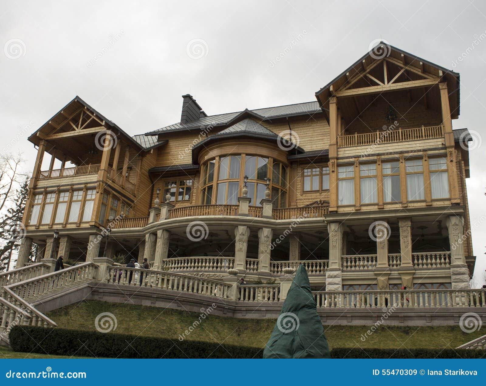 Fachada da casa de campo de madeira foto de stock imagem for Fachada casa campo