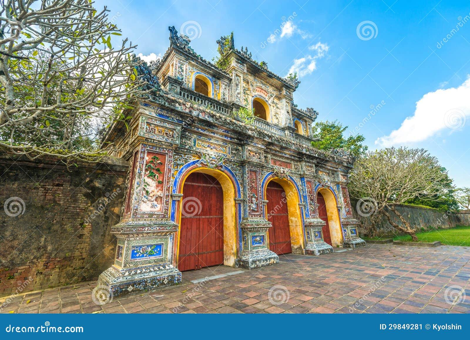 Porta bonita à citadela da matiz em Vietnam, Ásia.