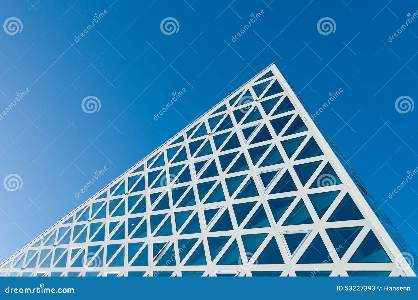 Fachada de cristal en un edificio grande