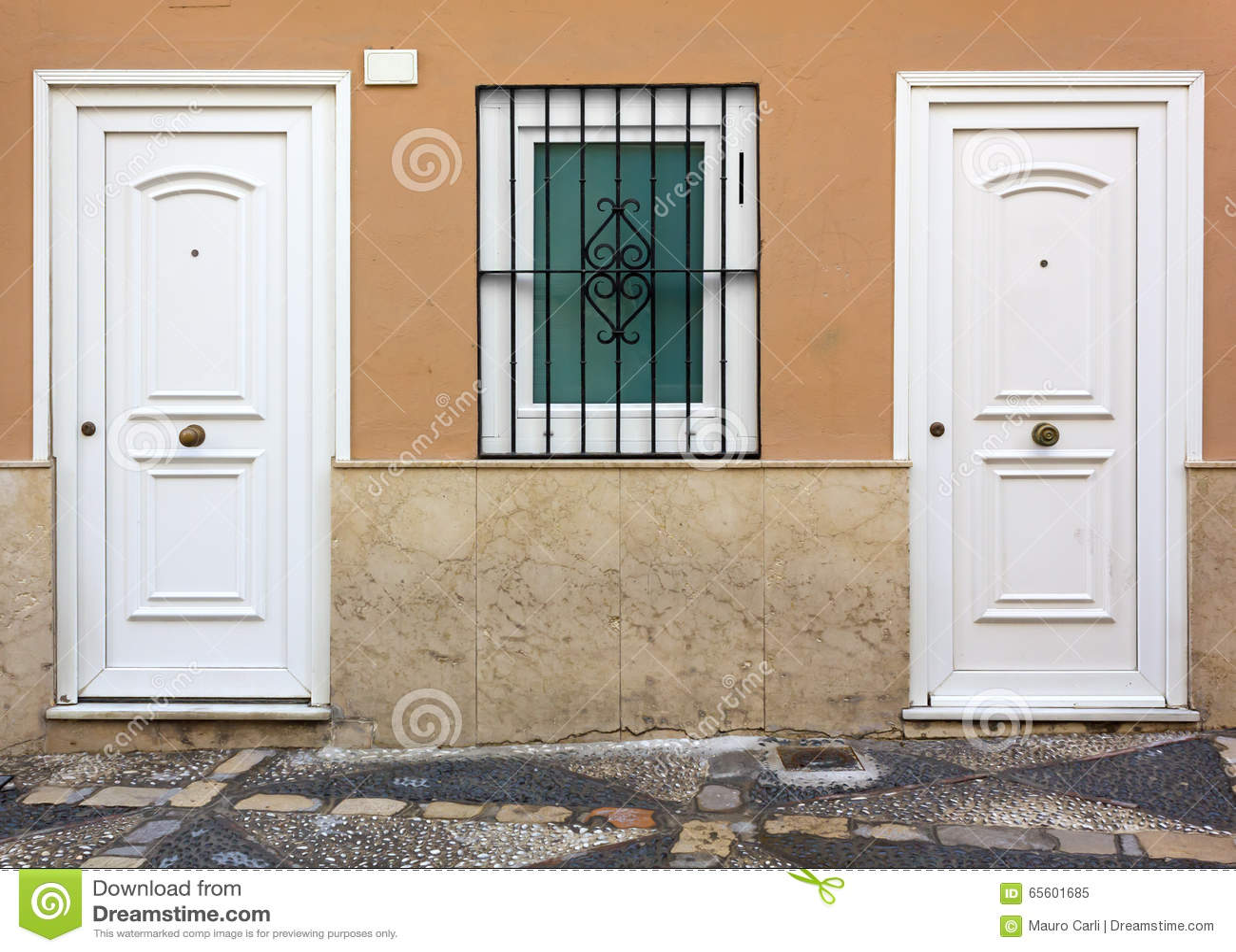 Fachada de la casa con dos puertas blancas foto de archivo for Casas con puertas blancas