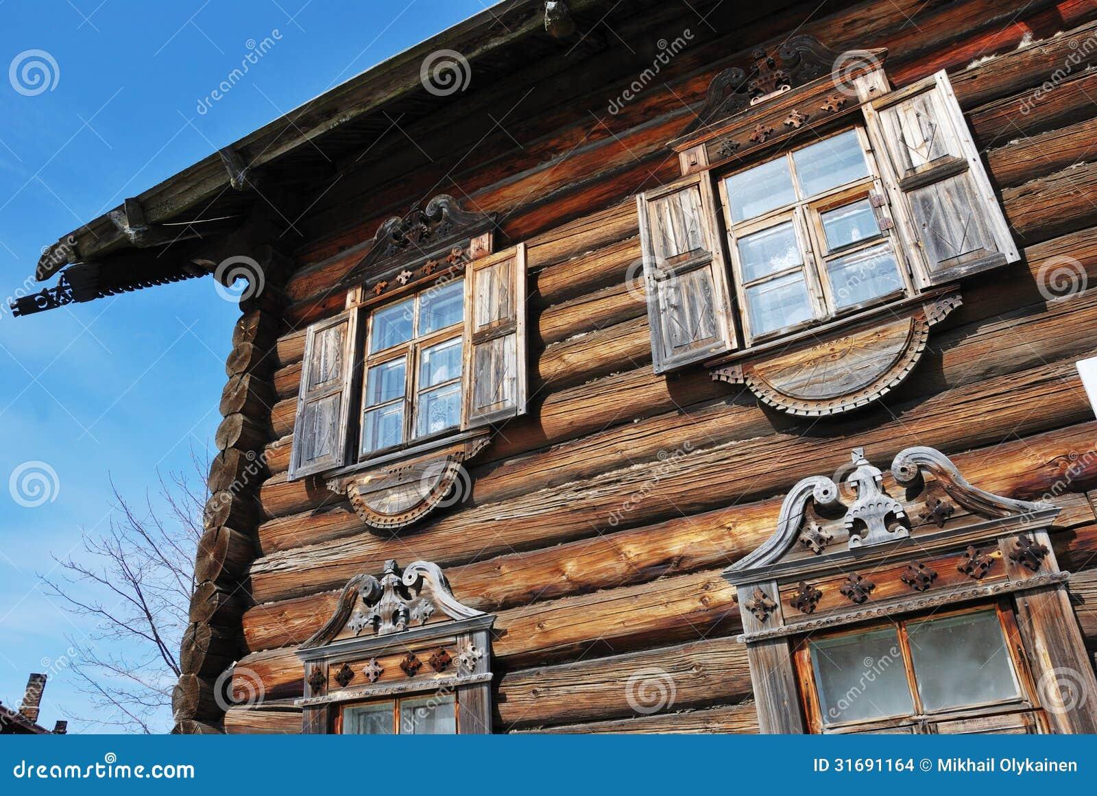 Fachada de la casa de madera rusa tradicional imagenes de for Fachada tradicional