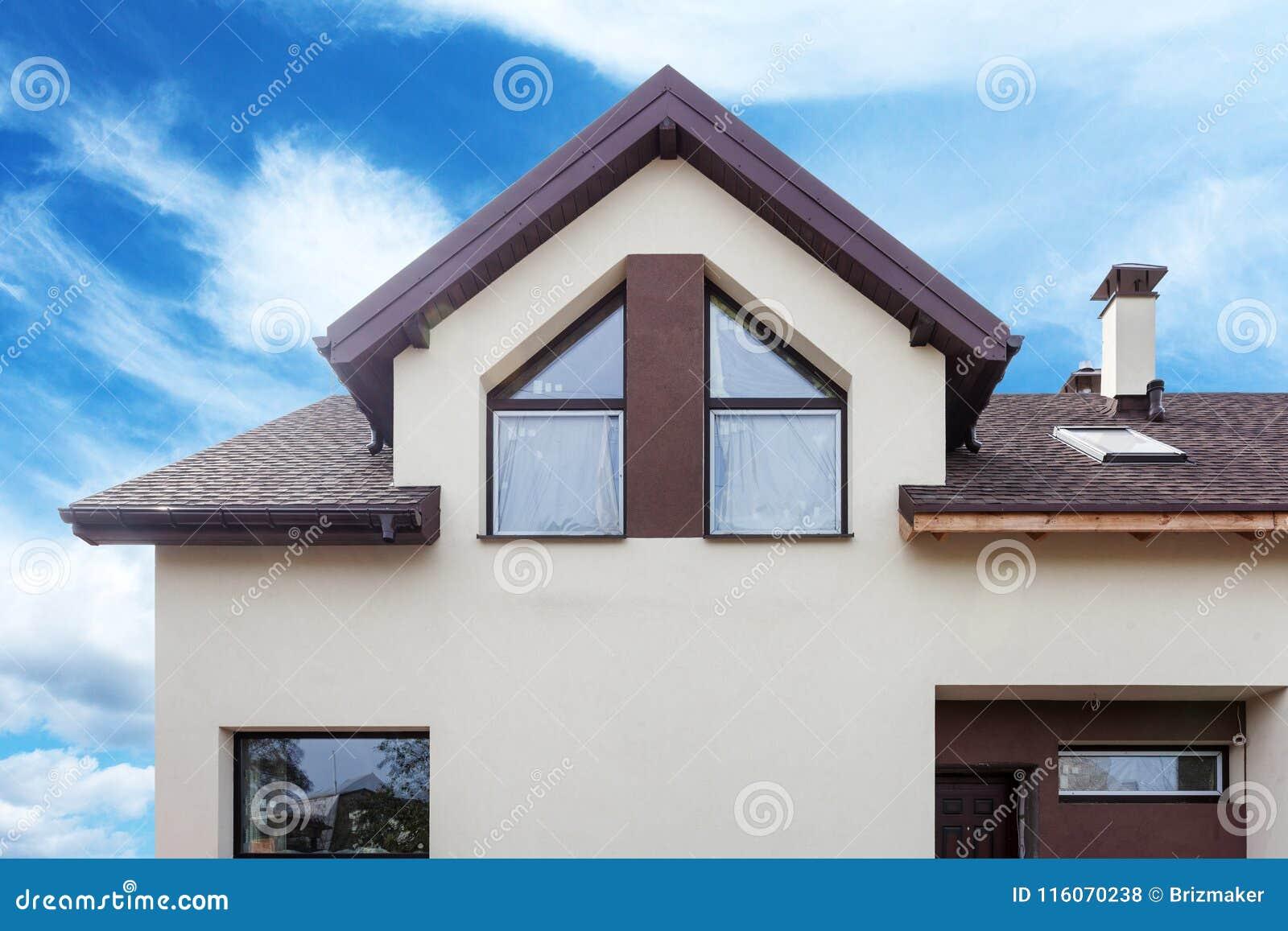 Fachada de la casa moderna con la teja del metal for Fachada de casas modernas con tejas