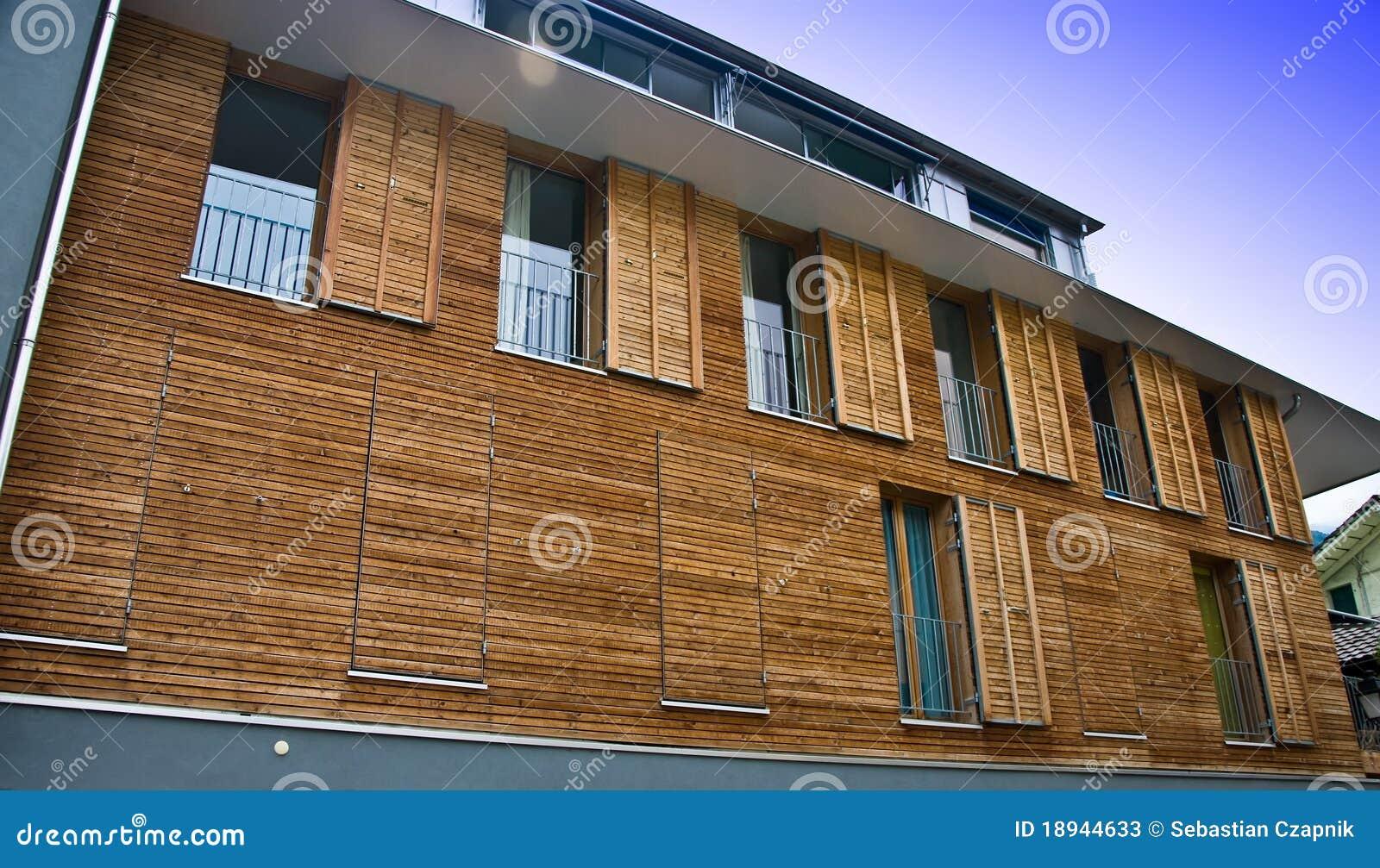 Fachada de madera moderna de la casa fotos de archivo - Casas modernas de madera ...