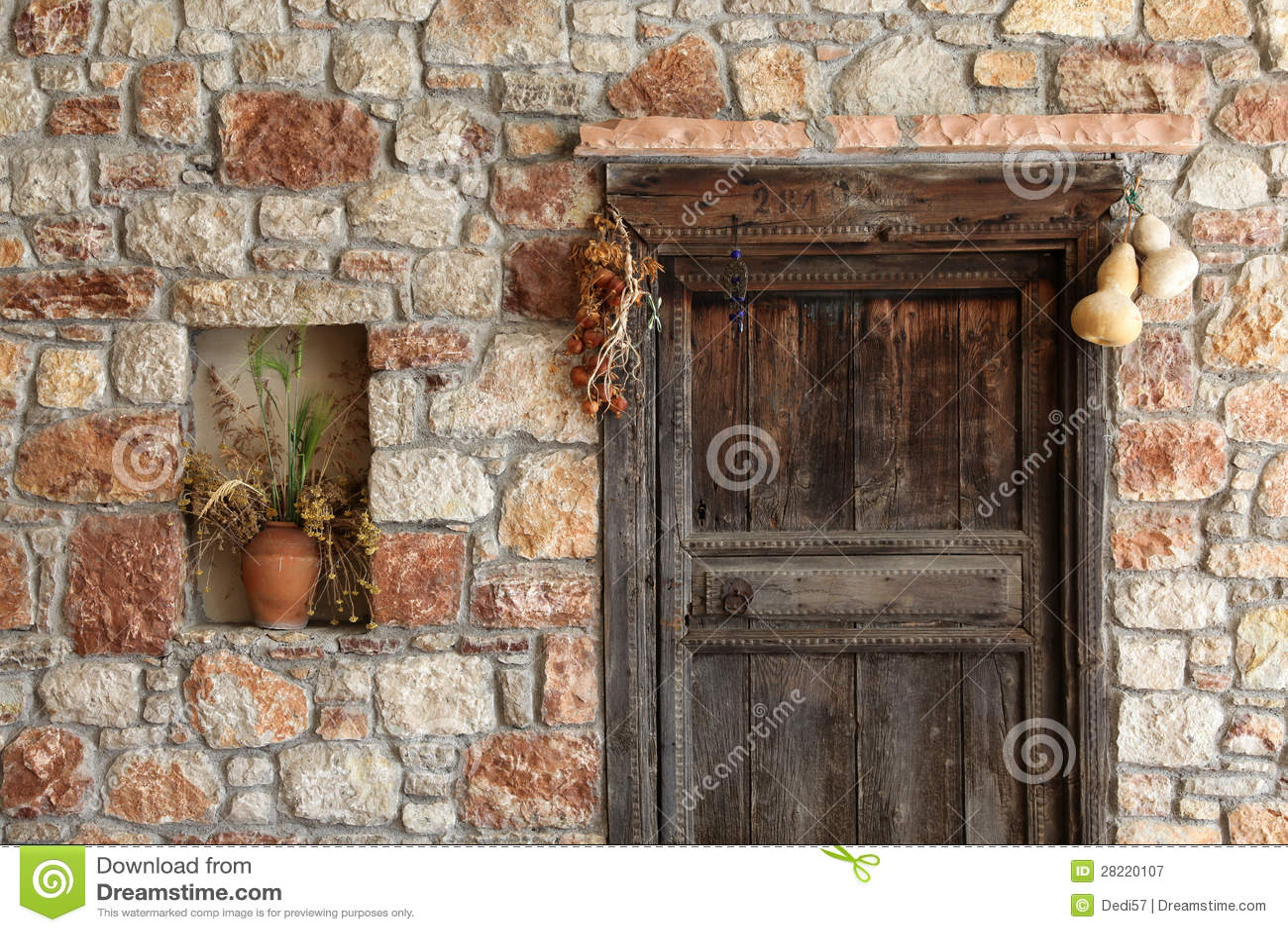 Fachada de piedra natural y puerta de madera vieja imagen - Imitacion madera para fachadas ...