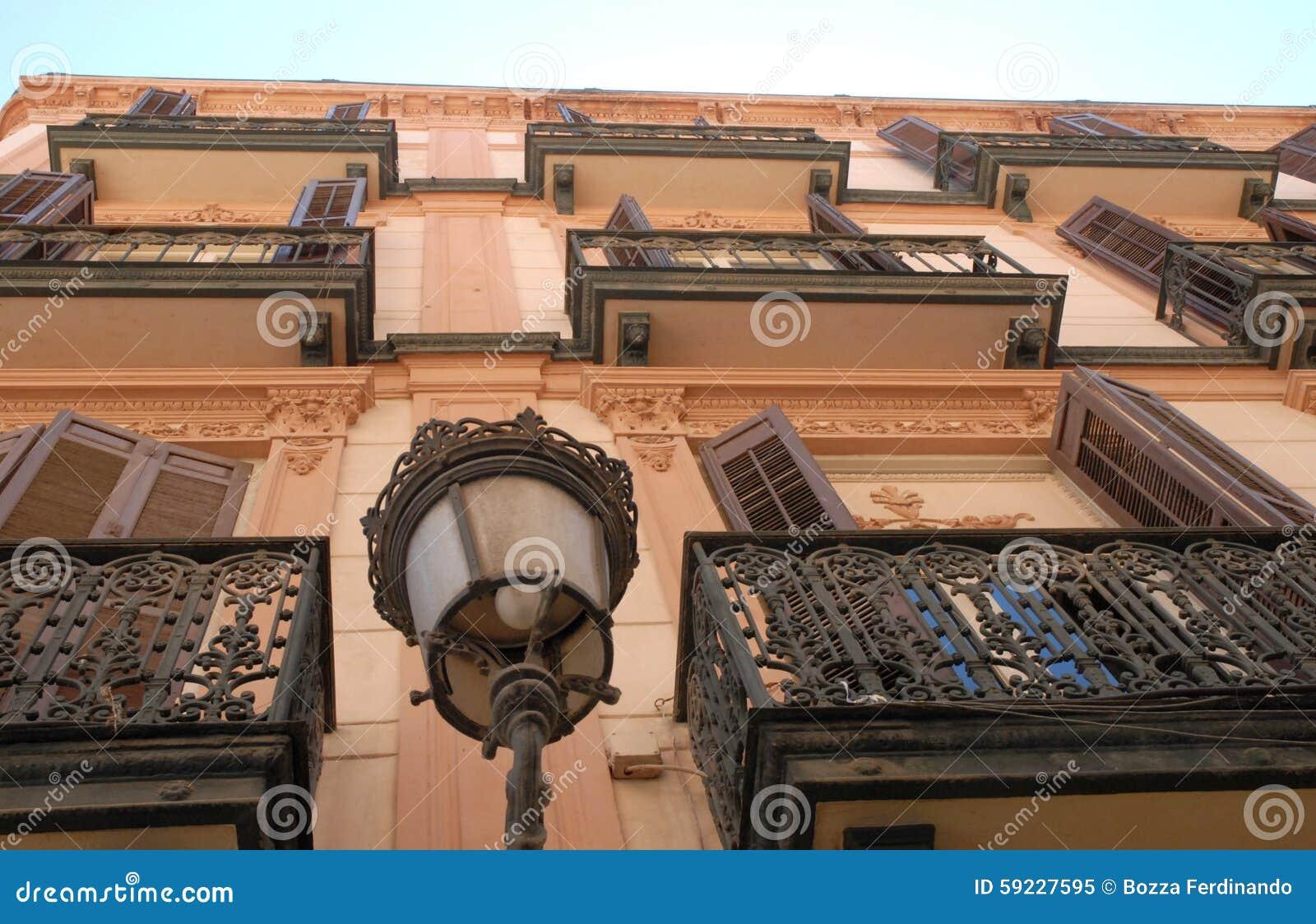Fachada de un edificio con los balcones con las verjas del hierro labrado muy elaboradas a Málaga en España