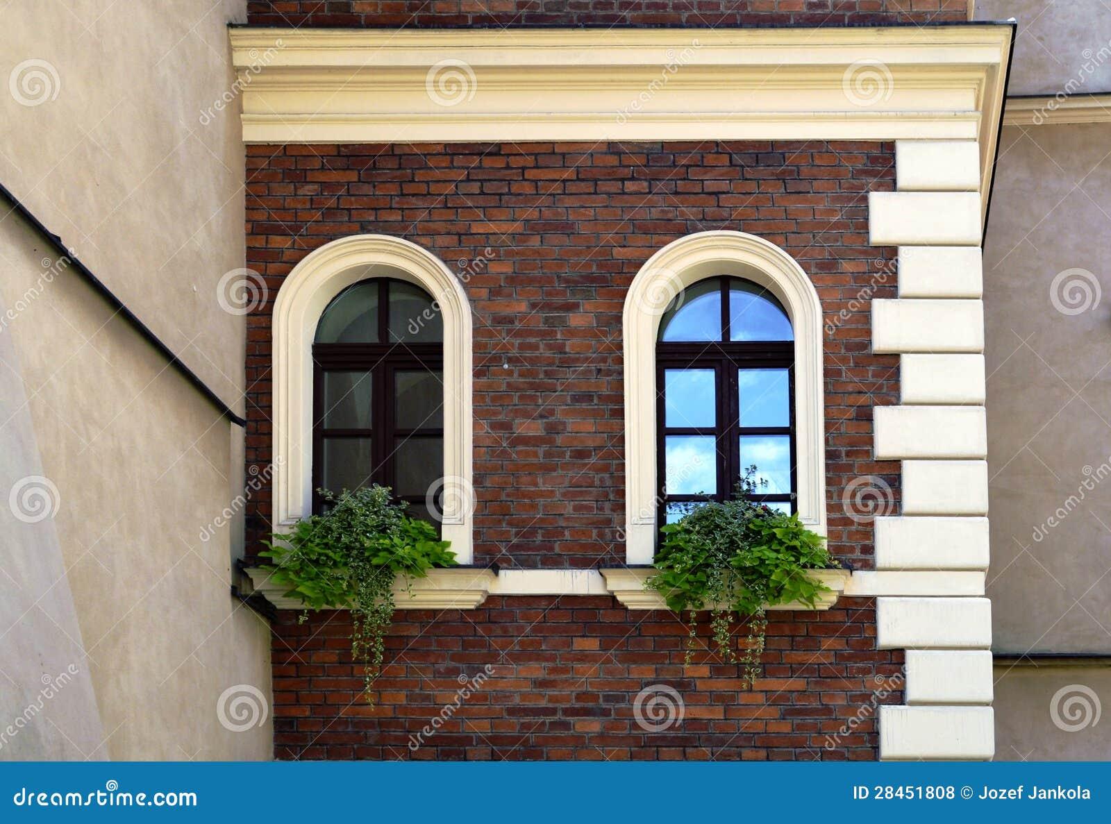 Fachada De Una Casa Vieja Con Las Ventanas Del Arco Foto De Archivo