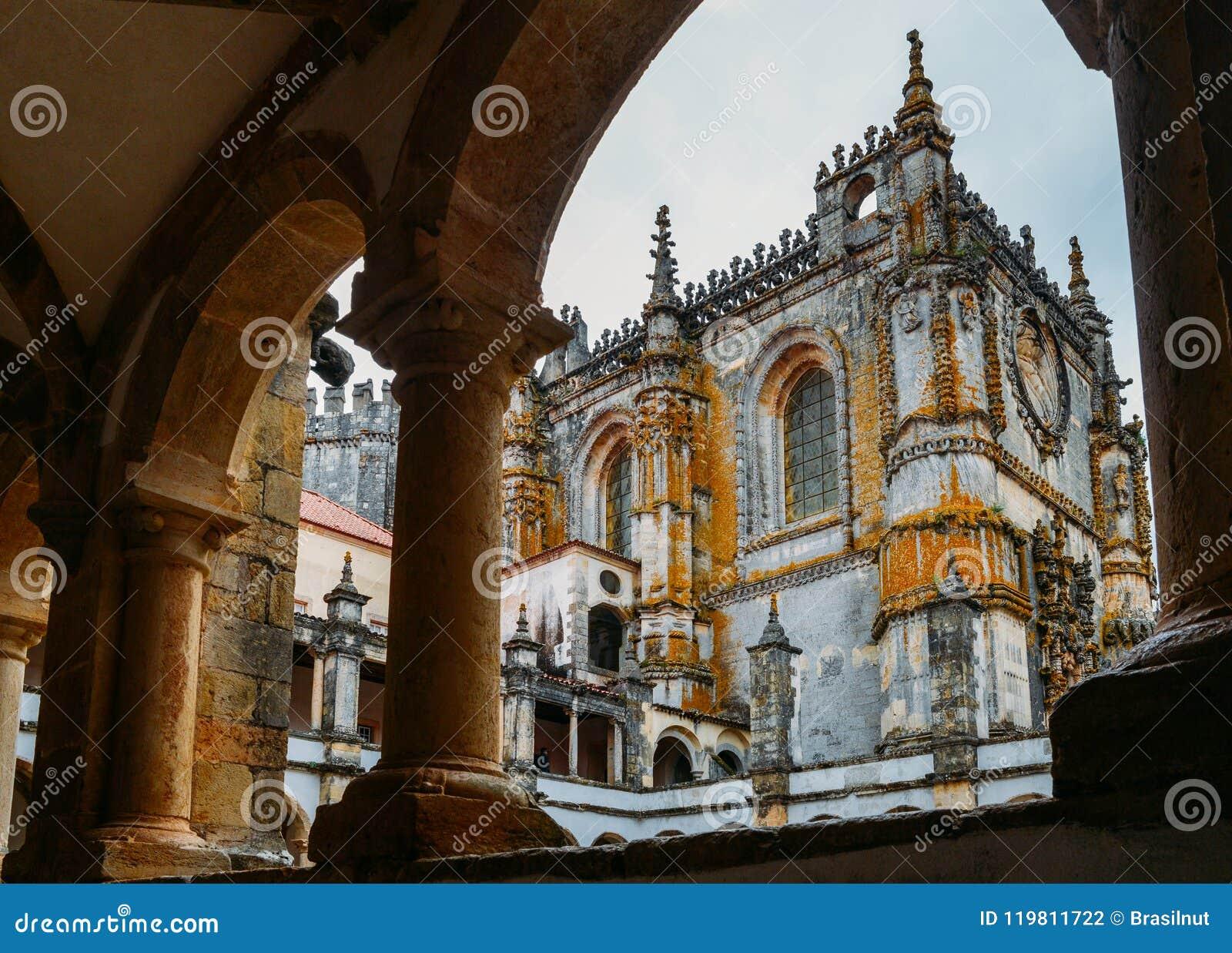 Fachada del convento de Cristo con su ventana compleja famosa de Manueline en el castillo medieval de Templar en Tomar, Portugal