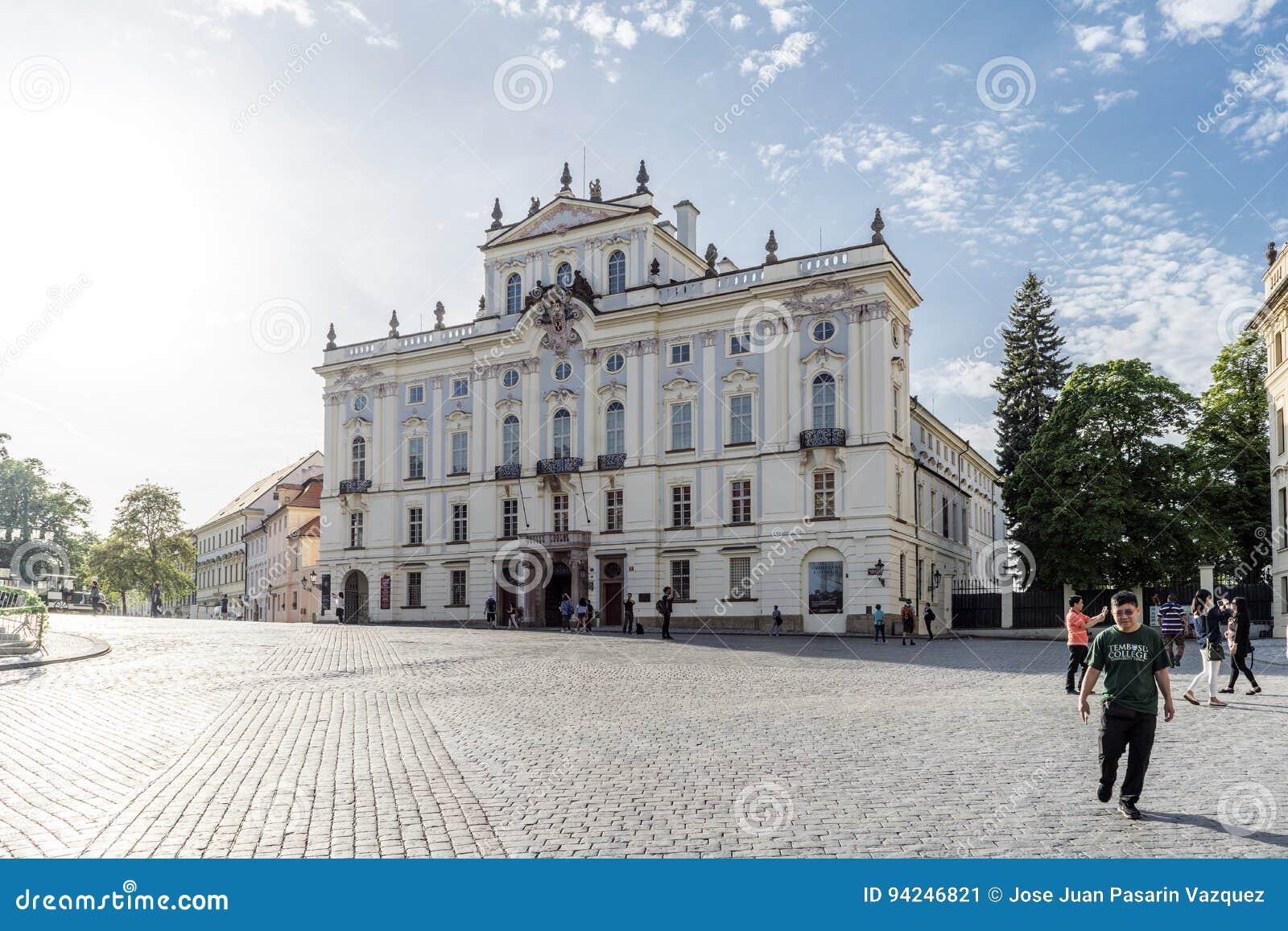 Fachada del palacio del ` s del arzobispo del cuadrado de Hradcanske adentro