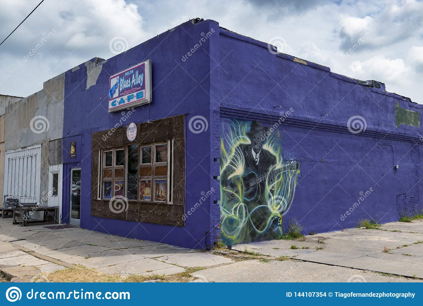 A fachada do café da aleia dos azuis do delta, com uma pintura mural de um guitarrist dos azuis, em Clarksdale, Mississippi