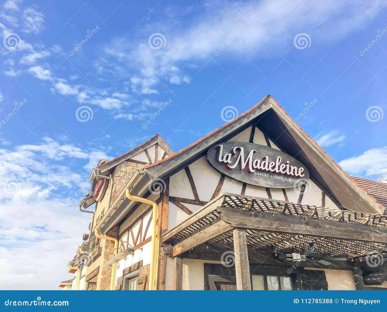 Fachada do café de Madeleine Quaint French do La com o fá rústico do país