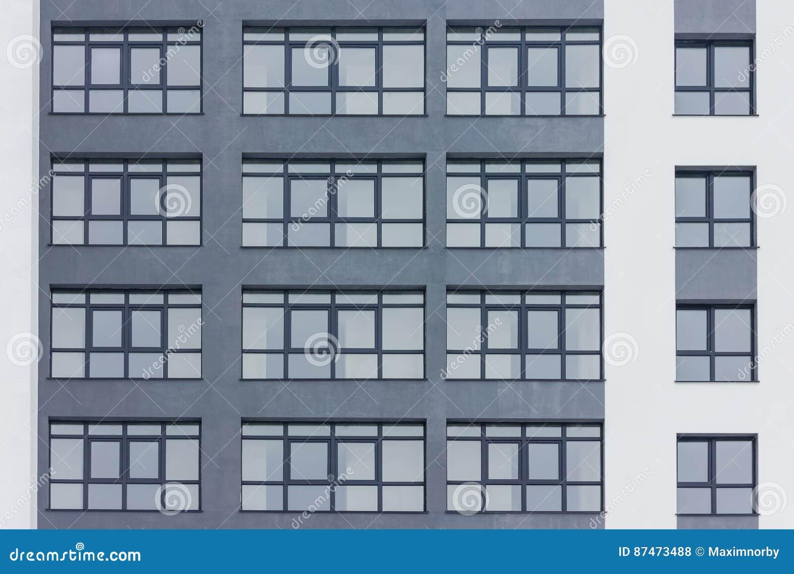 Fachada gris oscuro del edificio con las ventanas grandes for Fachadas de casas con ventanas blancas