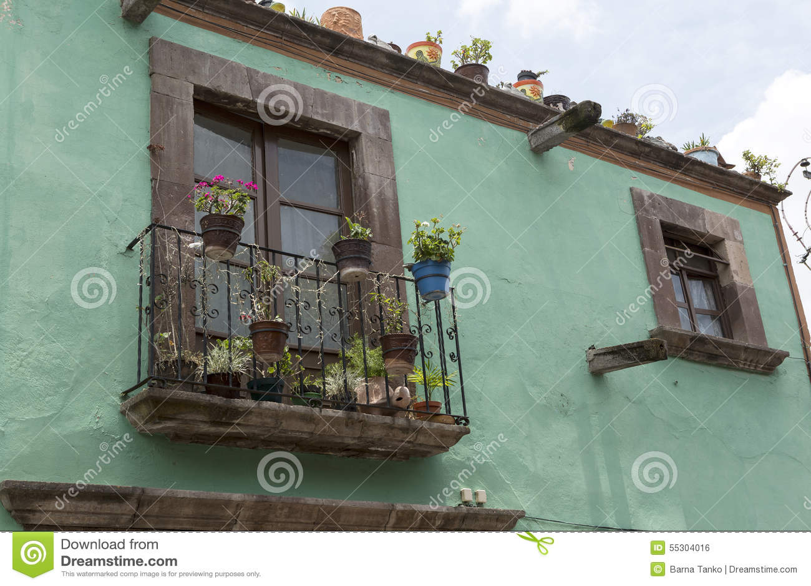 Fachada Mexicana De La Casa Con El Primer Del Balcón Foto De Archivo