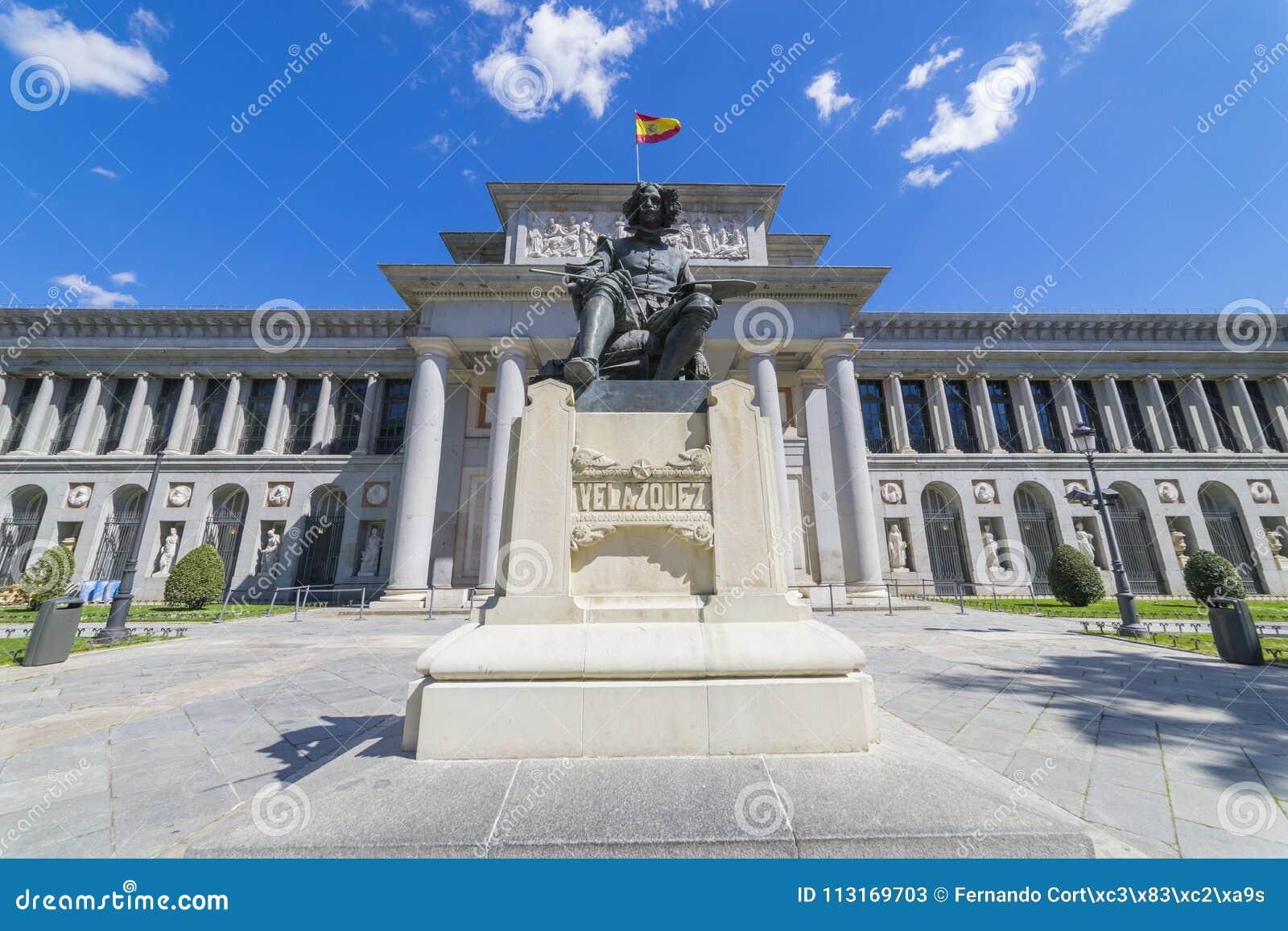 Fachada principal del museo de Prado, galería de arte vieja en España, Madri